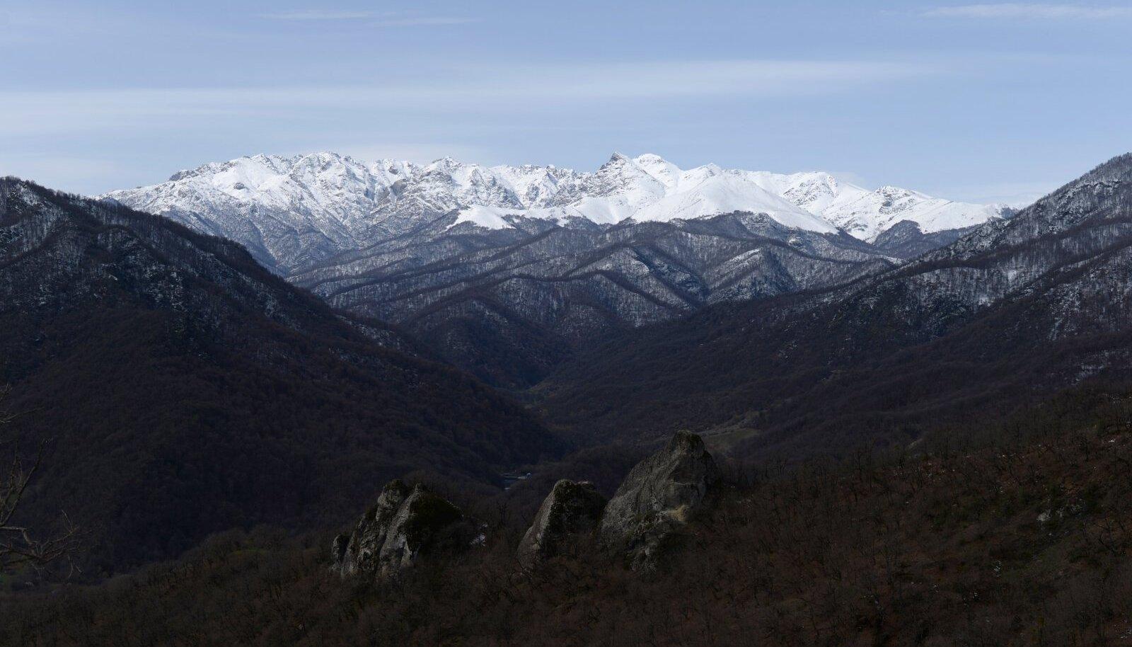 Mis on Mägi-Karabahhile  nime andnud, on ilmne.  See on ka ainus selge asi. De facto on tegu Aserbaidžaani keskvalitsusest sõltumatu Mägi-Karabahhi Vabariigiga, mis lisaks endise autonoomse oblasti aladele hõlmab ka ümberkaudseid piirkondi. Mägi-Karabahhi Vabariiki pole ametlikult tunnustanud ükski riik, isegi mitte Armeenia.
