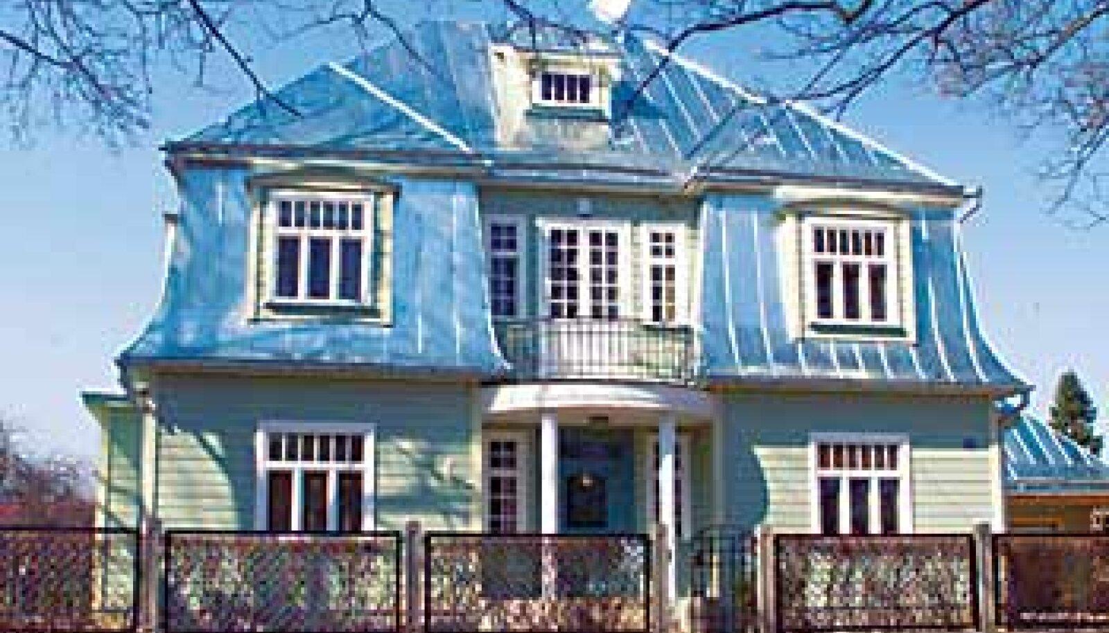 MEERI VILLA: Tartu linnapea Andrus Ansip otsis oma perele tükk aega sobivat vana maja. Viimaks leidus neile viiele paraja suurusega (200 m2) kodu, kus on suur (2500 m2) lõuna poole jääv aed. Ansipid hakkavad alles aeda rajama. Ja plekk-katus saab värvi alla alles paari aasta pärast. Lauri Kulpsoo/Postimees