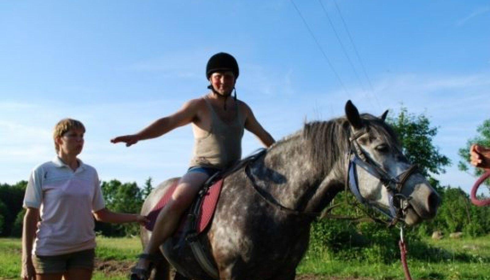 Tegevusi hobusega juhendab tsirkuses ratsutamisterapeut Monika Salumaa. Foto: Uku-Joonas Salumaa.