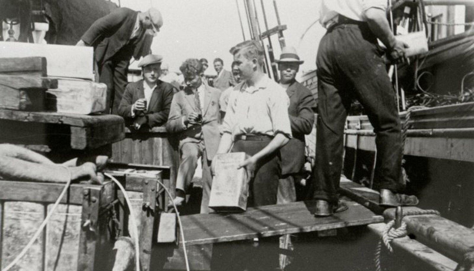 Inimsmugeldamine sai alguse 1940. aastal, kui nõukogude võim keelas kaluritel merel kala püüda, kuid osaliselt ulatuvad selle traditsioonid ka salapiirituse vedamise aega. Fotol eestlastest piiritusevedajad enne sõda piiritust paatidesse laadimas.