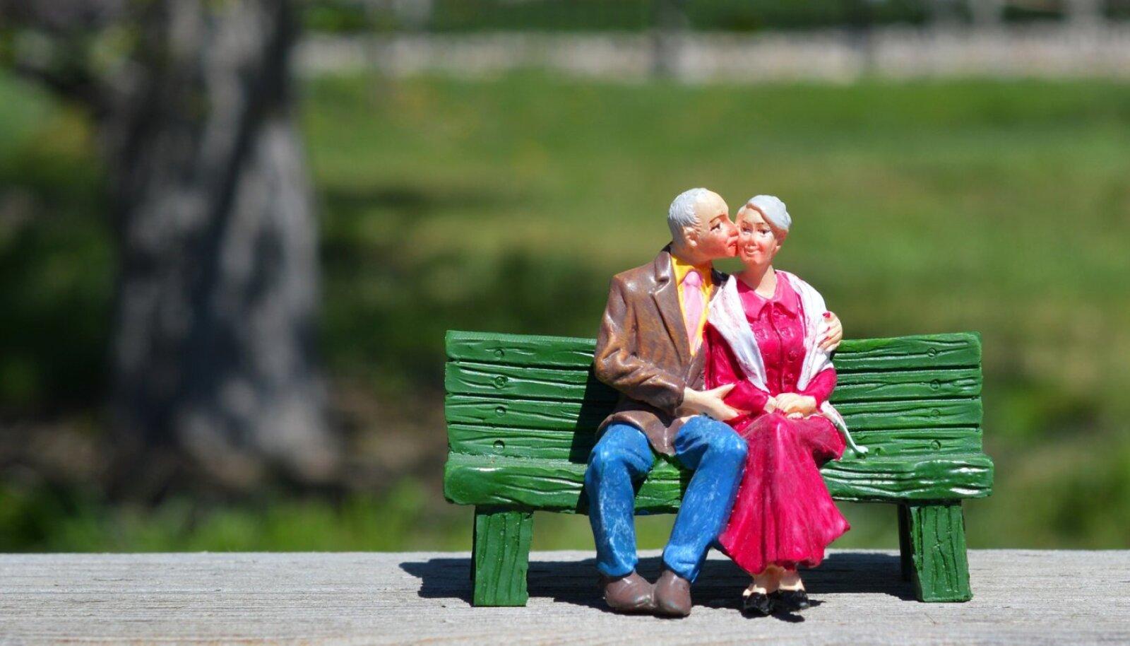Uuringute järgi on üle 54 protsendi 65–80-aastastest meestest ja naistest seksuaalselt aktiivsed. Armuvilju nauditakse kord nädalas või tihedamini.