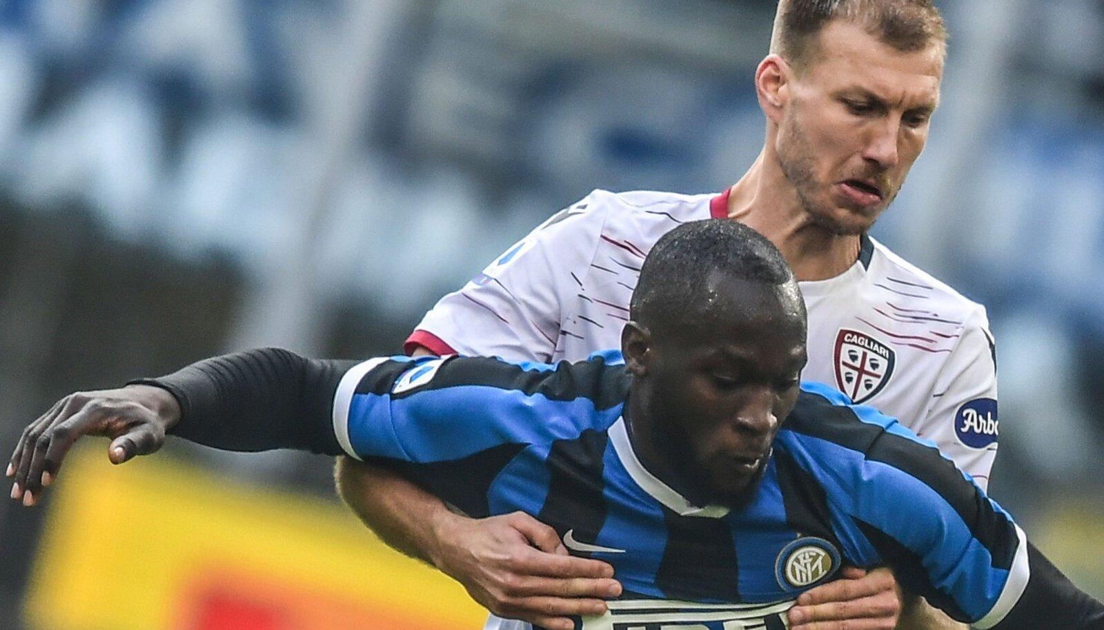 Ragnar Klavan heitlemas Milano Interi ründaja Romelu Lukakuga.
