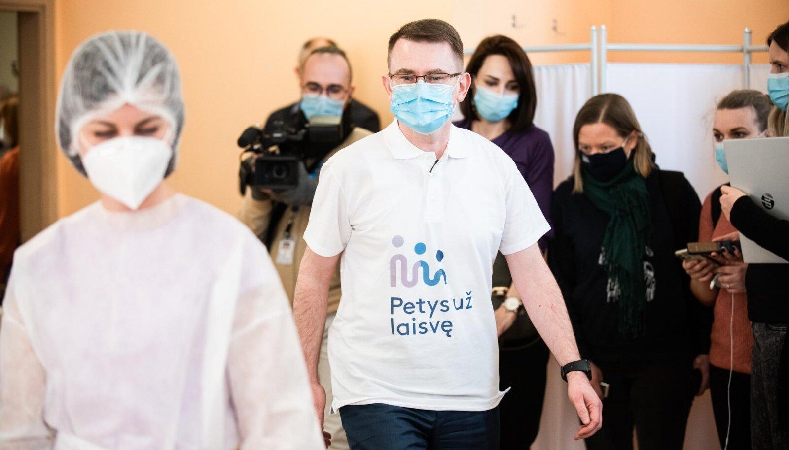 Leedu tervishoiuminister Arūnas Dulkys lasi end esmaspäeval eeskujuks AstraZeneca vaktsiiniga süstida.