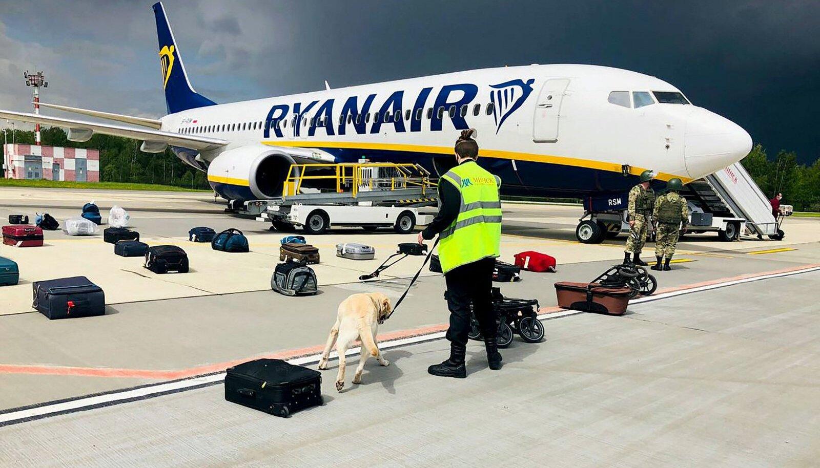 Valgevene võimud tutvuvad Ryanairi lennu pagasiga.