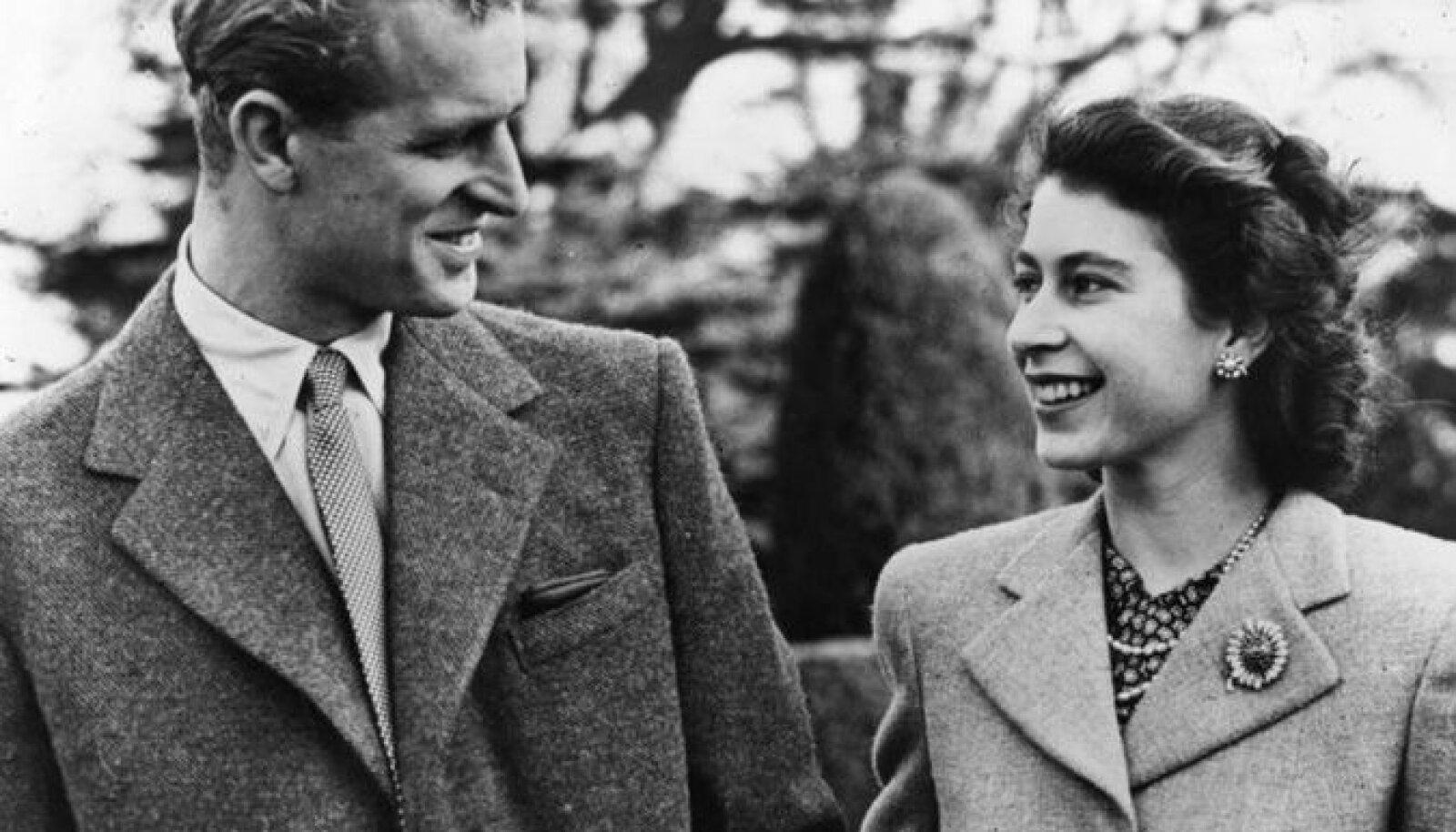 23 ноября 1947 года: принцесса Елизавета и принц Филипп во время медового месяца в поместье Бродлендс, графство Гэмпшир