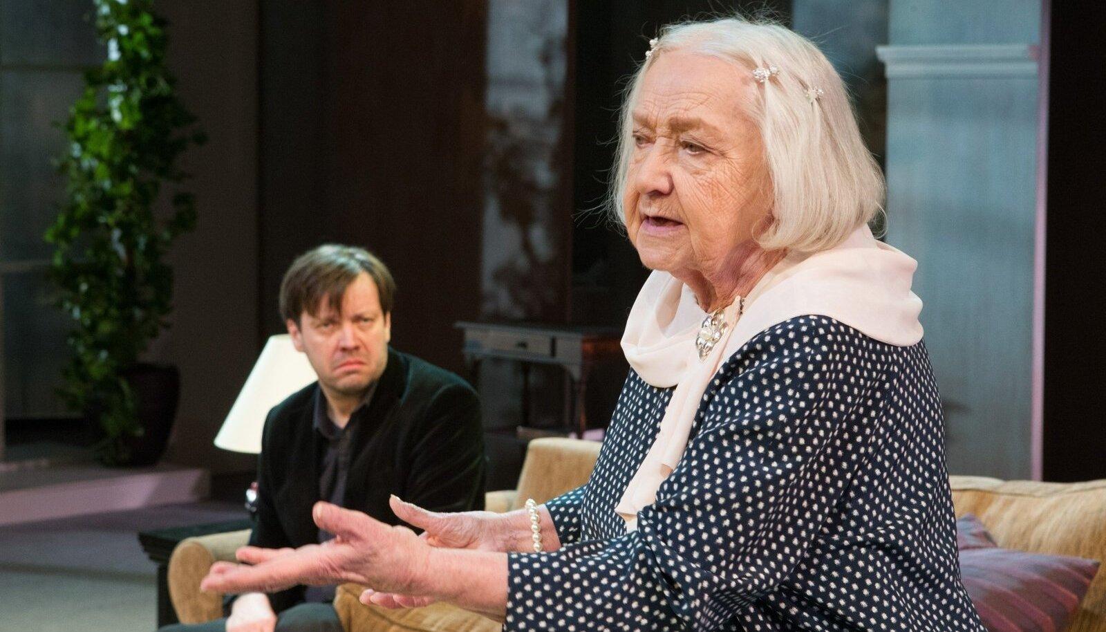 Ita Everi kaasnäitlejad (pildil Mait Malmsten) hoidsid ennast soliidselt varju, et juubilar saaks õigustatult särada.