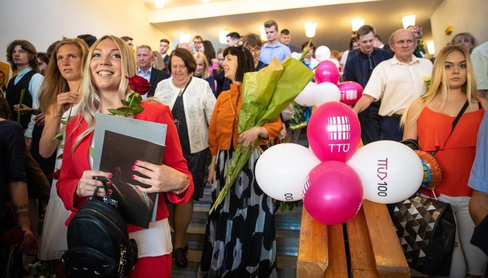 Eile said diplomid kätte õnnelikud Tallinna tehnikaülikooli inseneriteaduskonna lõpetajad. Nii nemad kui ka nende õnnitlejad võivad rõõmustada: lõpetajatele jätkub tulevikus tööd.