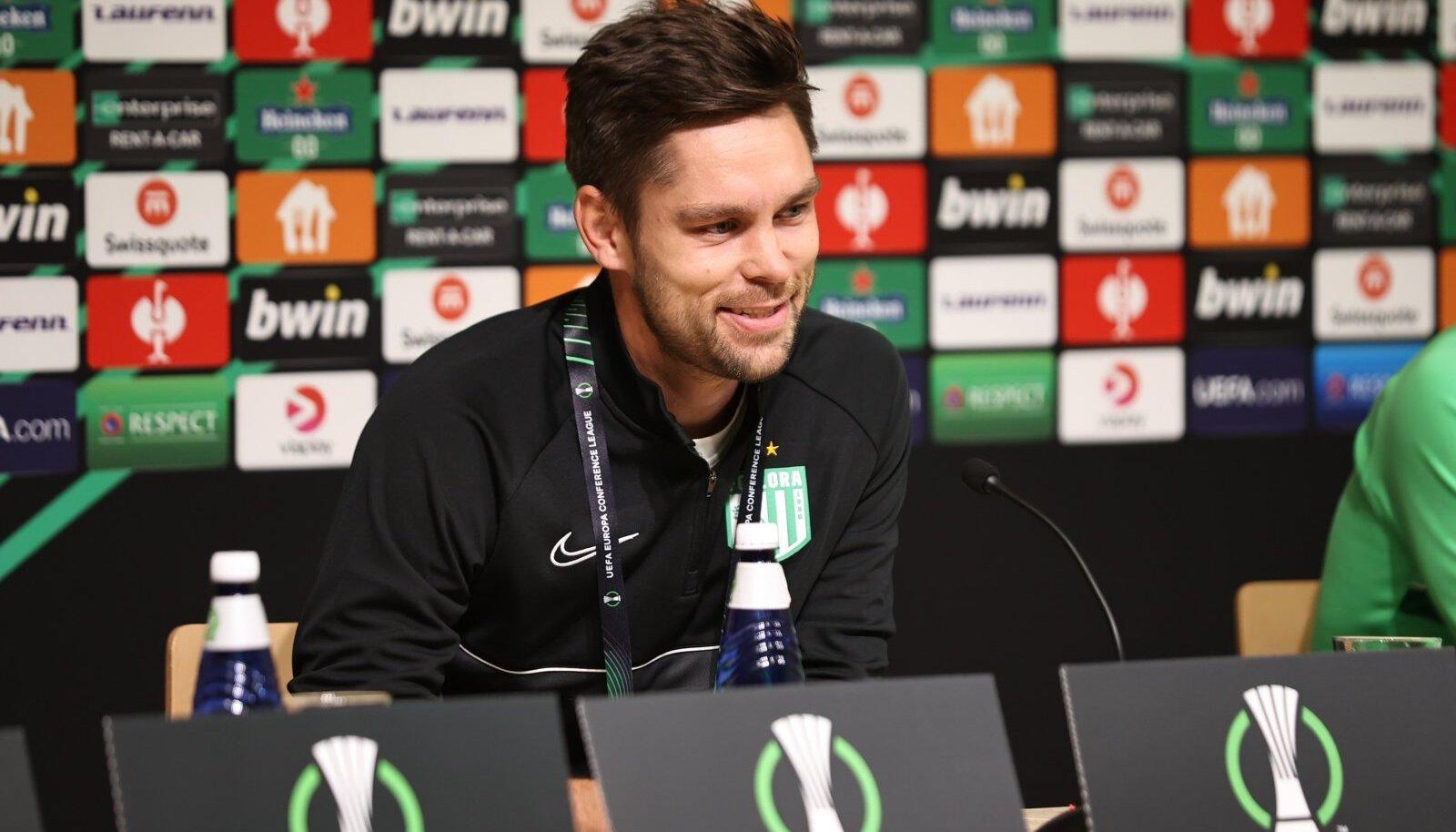 FC Flora peatreener Jürgen Henn mängueelsel pressikonverentsil.