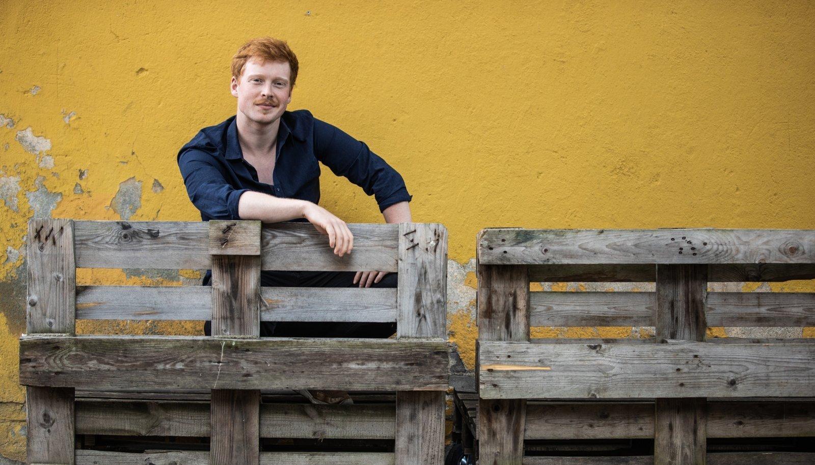 Lauri Kadalipu taust oli lapsepõlves hoopis Eesti pärimusmuusikas. Seda õppis ta väiksest peale põhikooli lõpuni ja tegeleb sellega kohati seniajani.