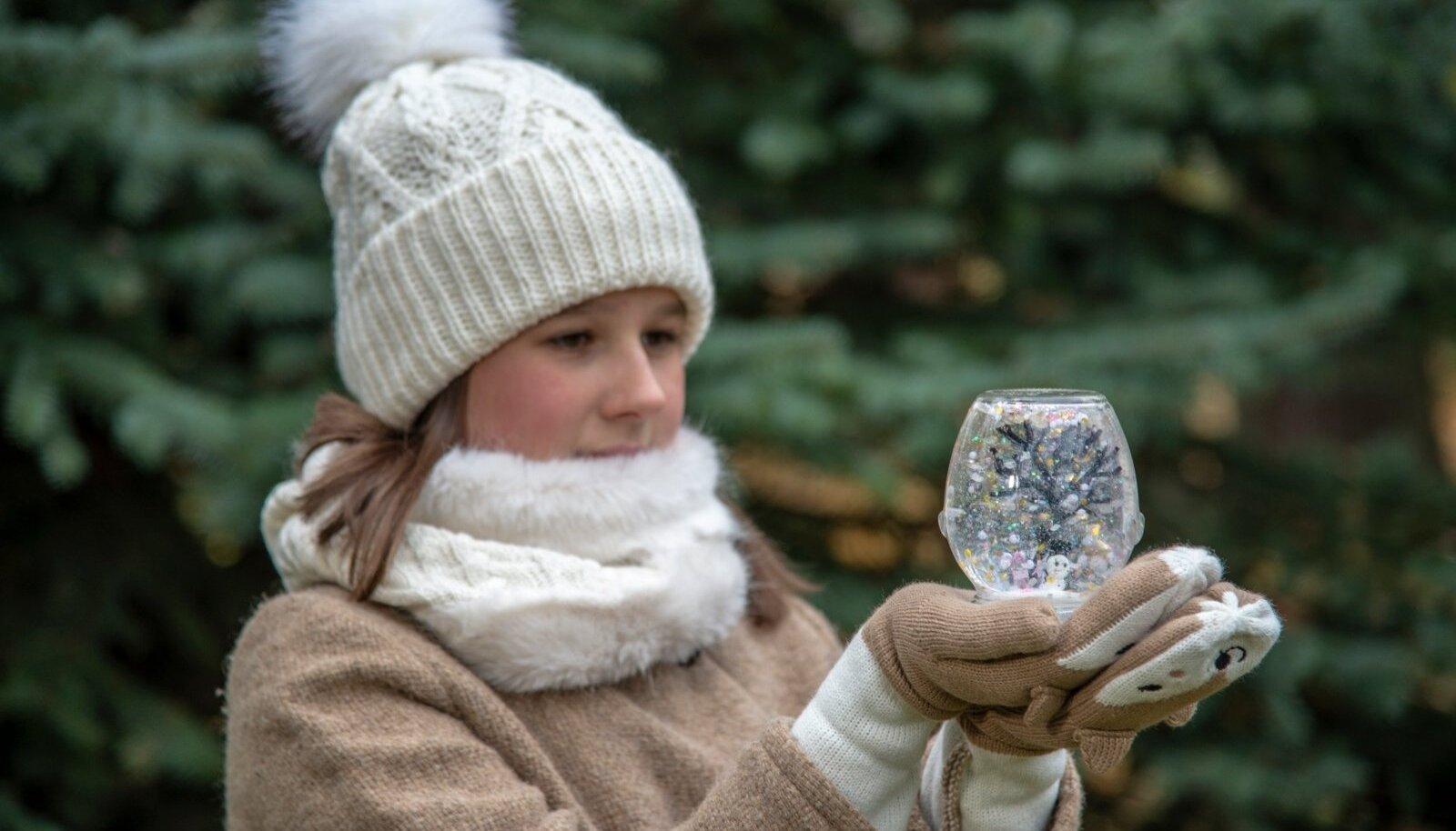 Eliise teab, et kui jõulude ajal õues lund ei saja, saab õige pühadetunde kätte ise tehtud ja lumesajuga täidetud purgist.