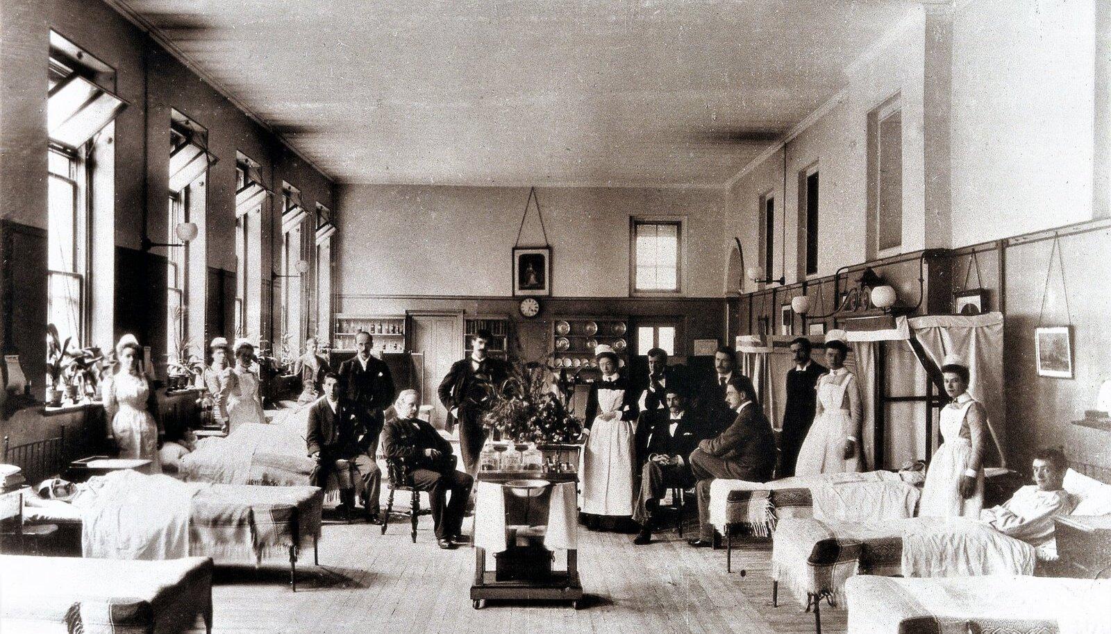 KUNINGANNA IHUARST JA TEMA MEESKOND: Joseph Lister (istub keskel) koos oma töötajatega Kingi kolledži haiglas.