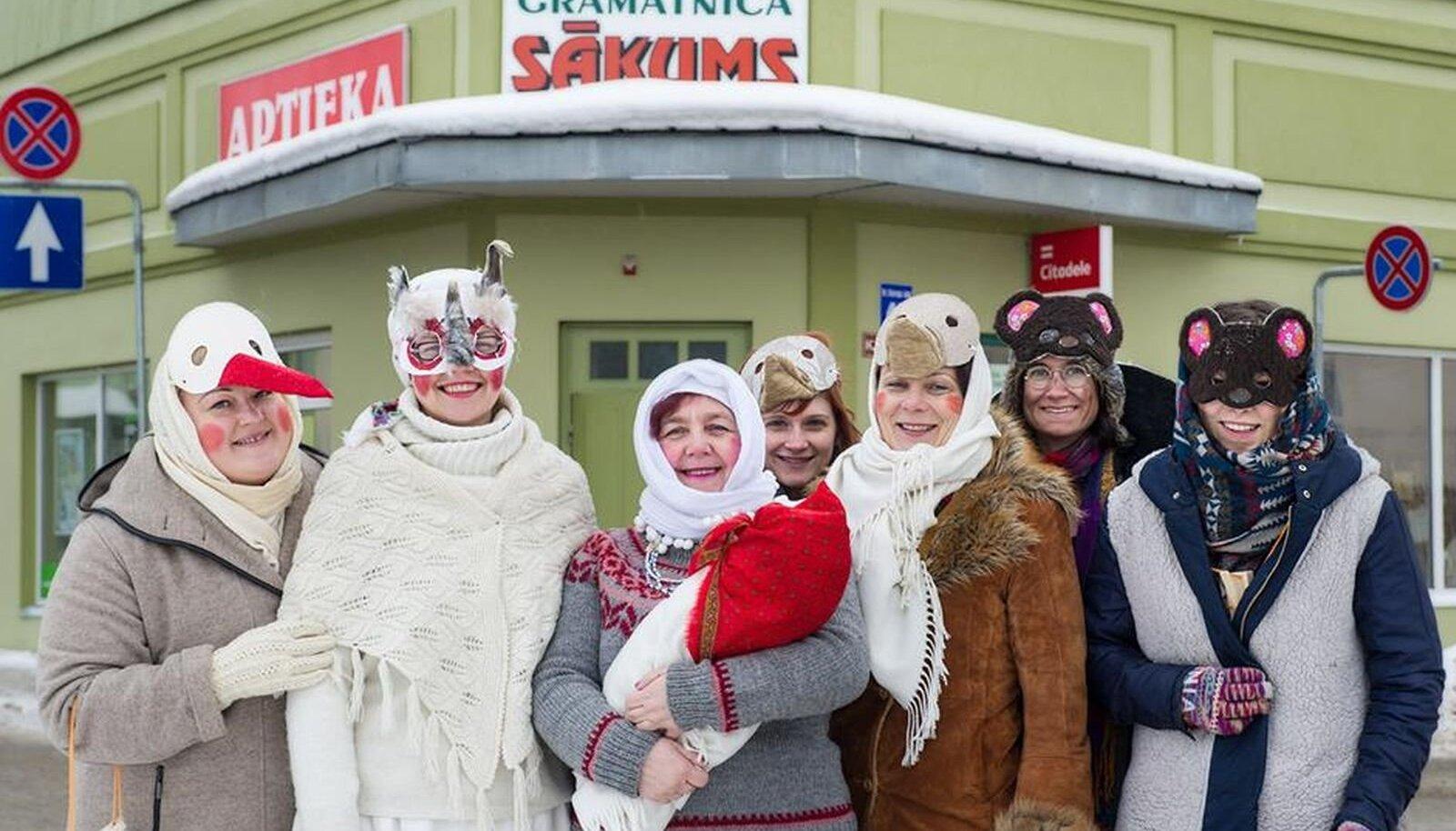 Eesti Folkloorinõukogu lõbusad kadrisandid Lätis sanditamisfestivalil