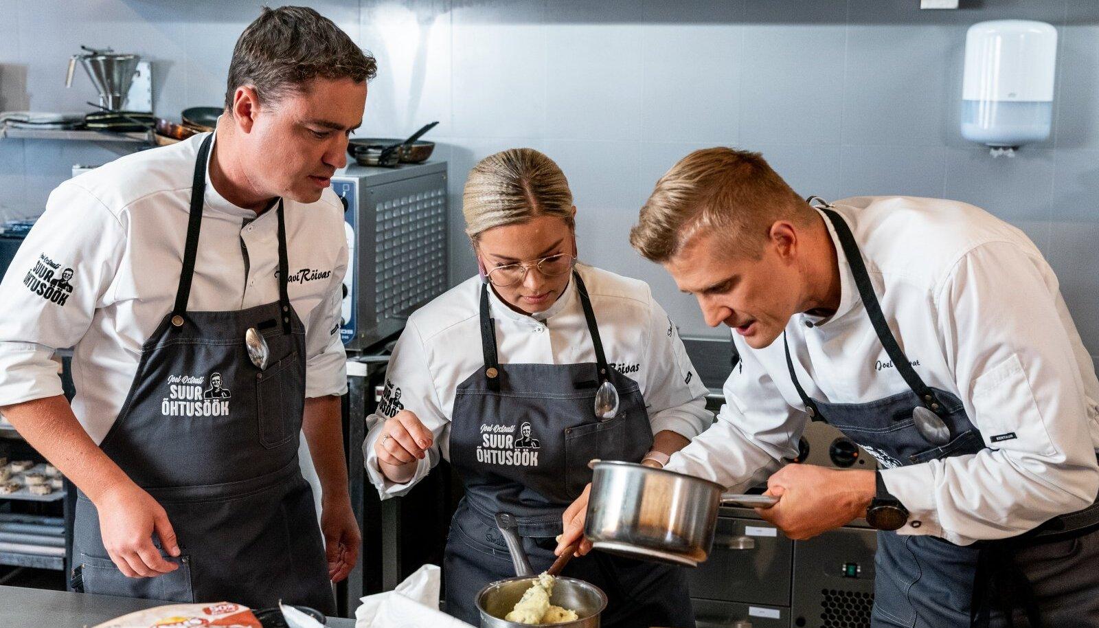 """Taavi ja Luisa Rõivas ning Joel Ostrat annavad endast parima, et kõik menüüs välja pakutud road õnnestuksid. Millise punktisummaga nende õhtusööki külalised hindavad, selgub homses saates """"Joel Ostrati suur õhtusöök""""."""