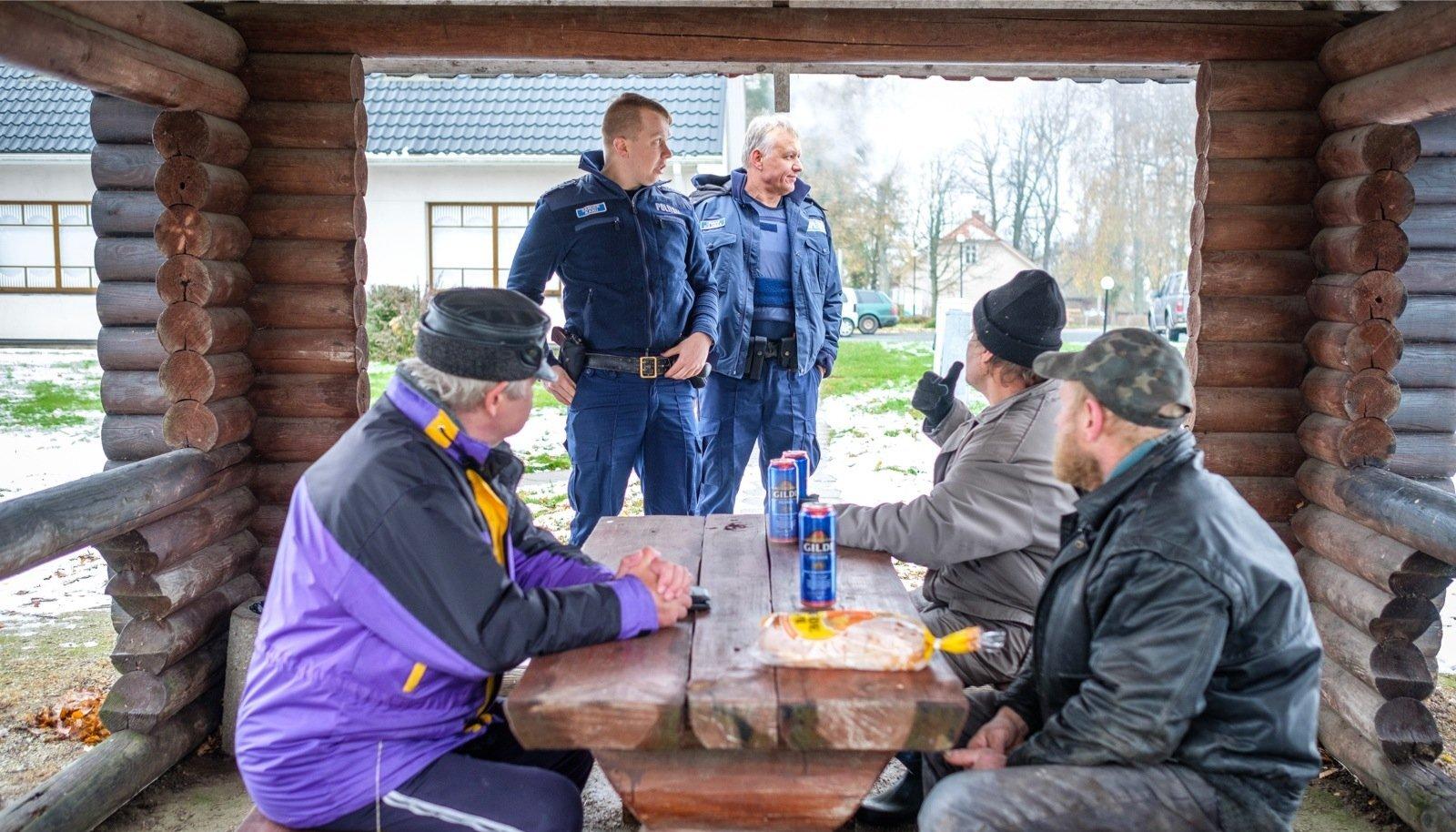 Kohaliku poe taga õlut joovate külameeste näod on piirkonnapolitseinik Sander Karule tuttavad. Ta mõistab, et õllest ta neid võõrutada ei suuda, kuid suunab nad vähemalt varjatumasse kohta kesvamärjukest tarbima.
