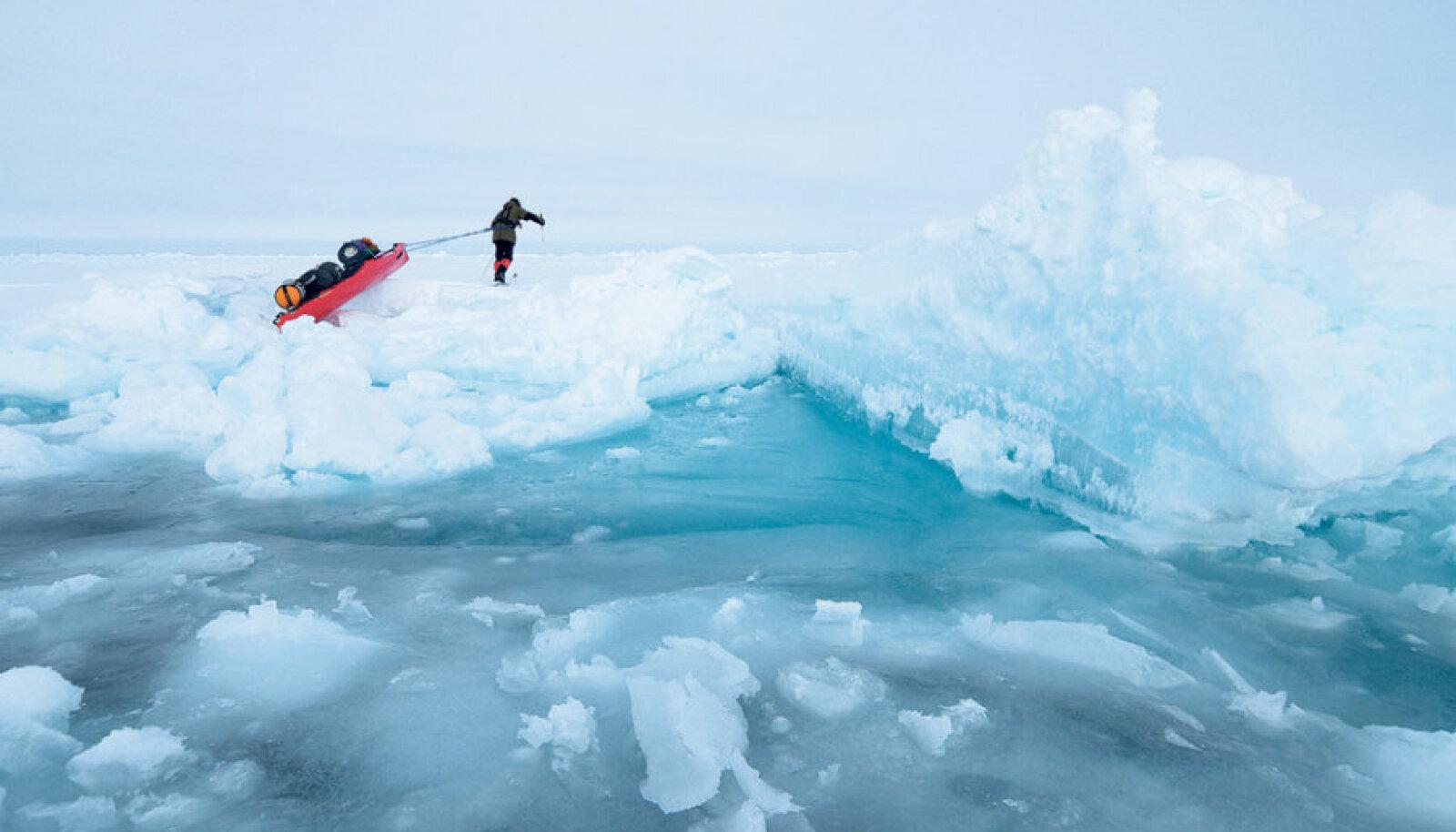 22. aprillist kuni 3. juulini 2012 tegid Timo Palo ja norralane Audun Tholfseni 1500 km pikkuse retke                       põhjapooluselt Teravmägede saarestikus asuvale Longyearbyenile.