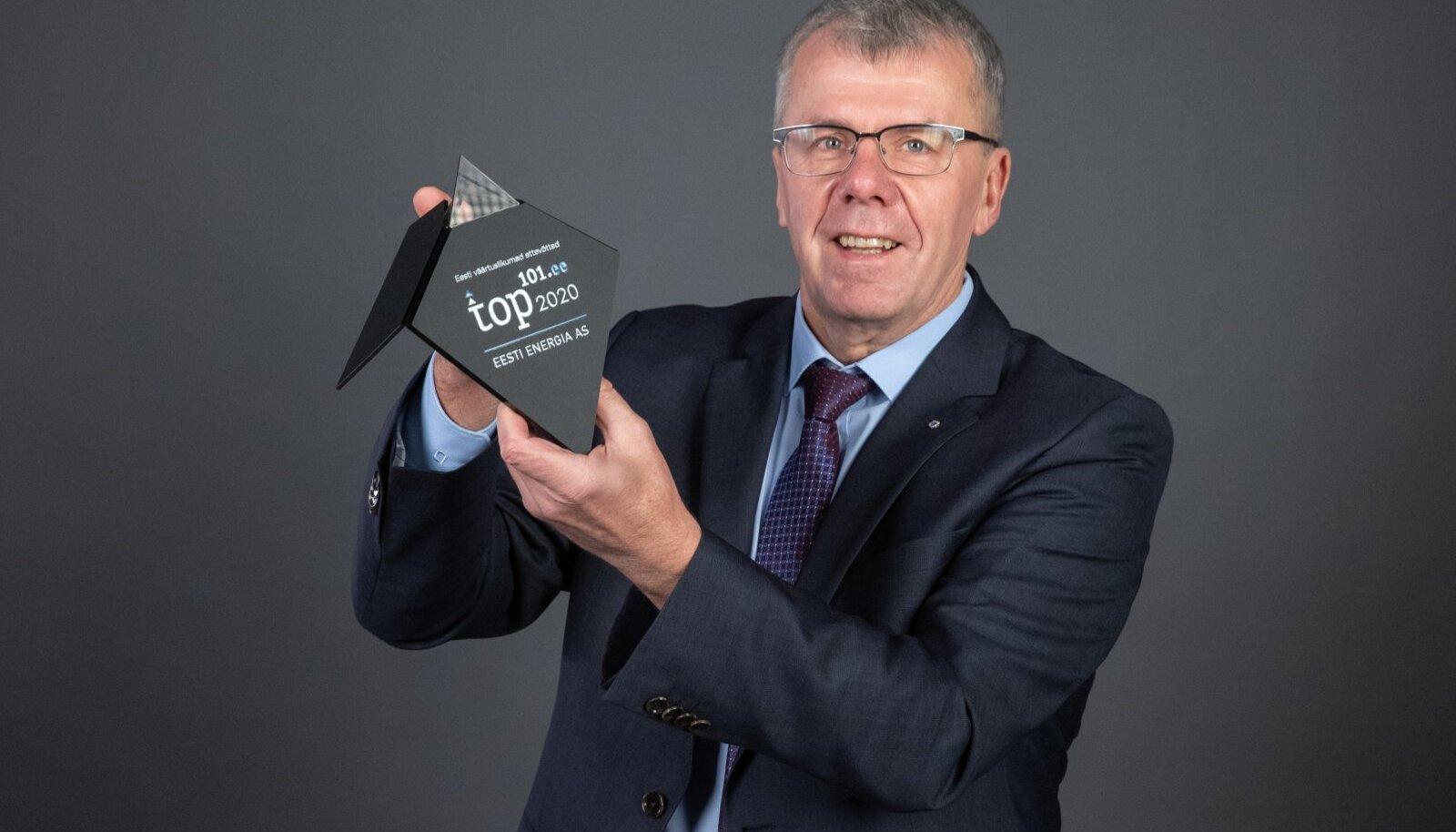 Illar Kaasik hoidmas auhinda, mis kuulub võitjale. Pandeemia tõttu ei saanud seda neile koheselt üle anda.