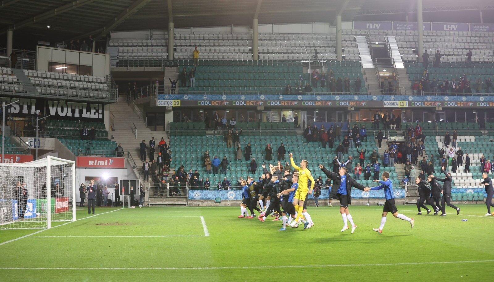 Eesti jalgpallikoondis enne riietusruumi naasmist oma fännide eest võidutantsu.