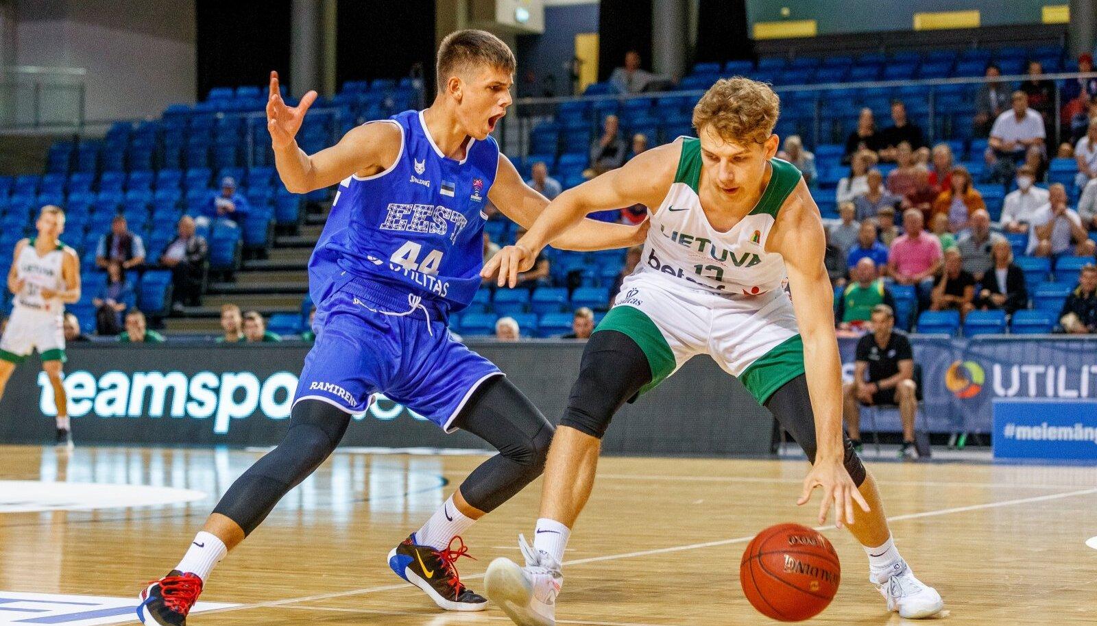 Kerr Kriisa (vasakul) kohtumises Leedu vastu.