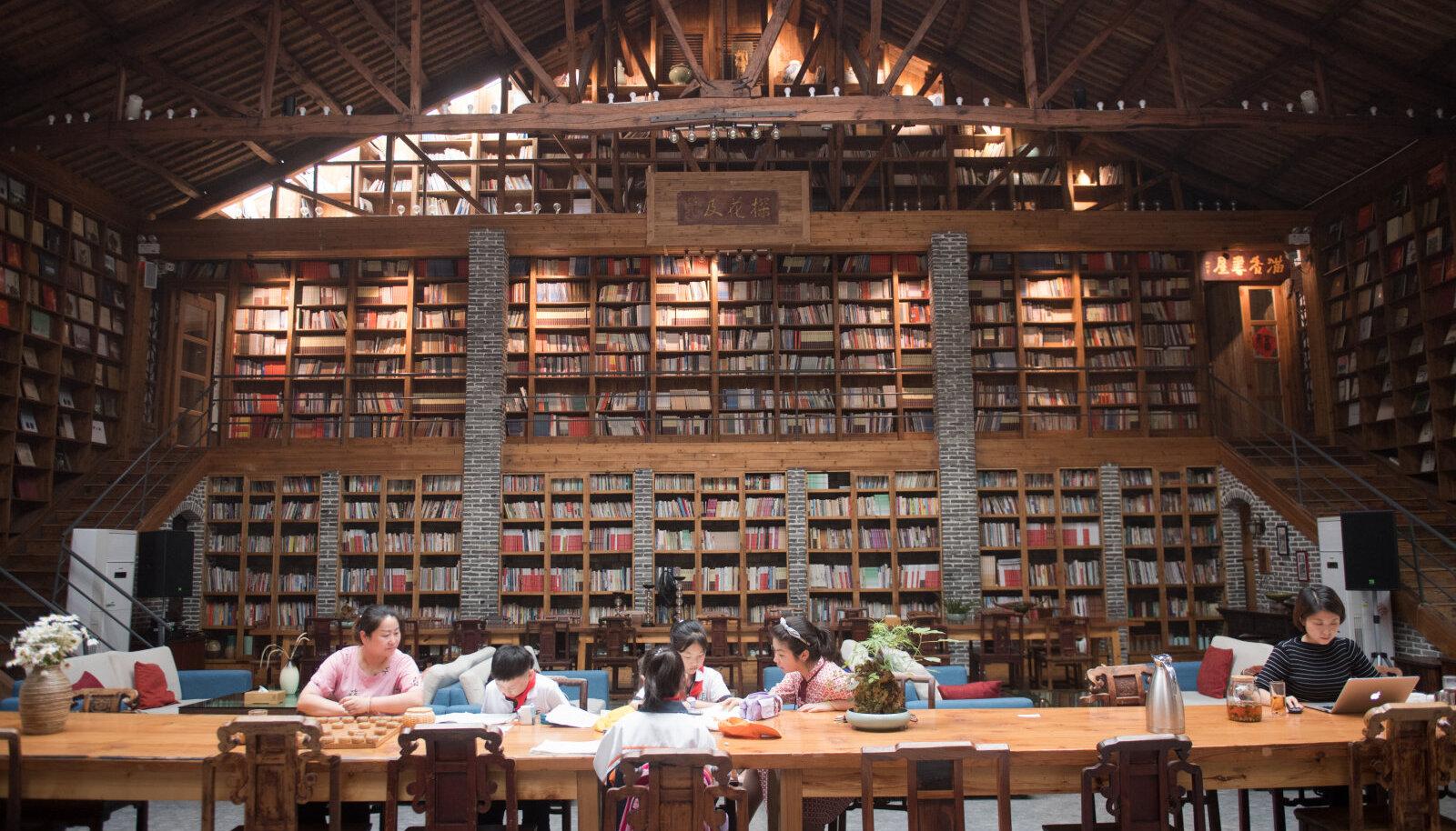 Uuringuga mitteseotud Hiina tüdrukud raamatukogus tarkust taga nõudmas.