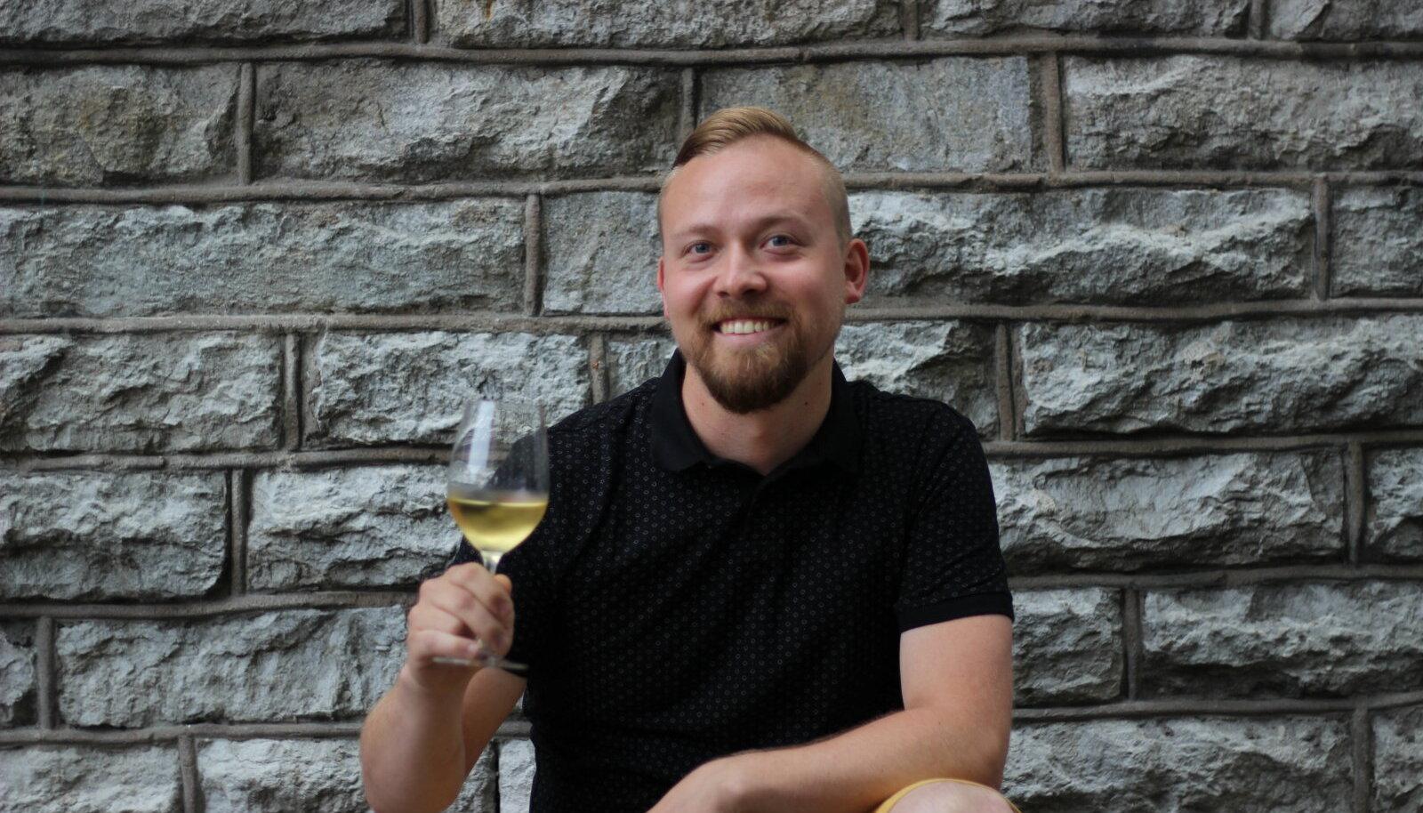 Chardonnay viinamarja tutvustab joogisaate stuudios Eesti Sommeljeede Assotsiatsiooni sommeljee, veinibaari POP üks eestvedaja Mikk Parre.