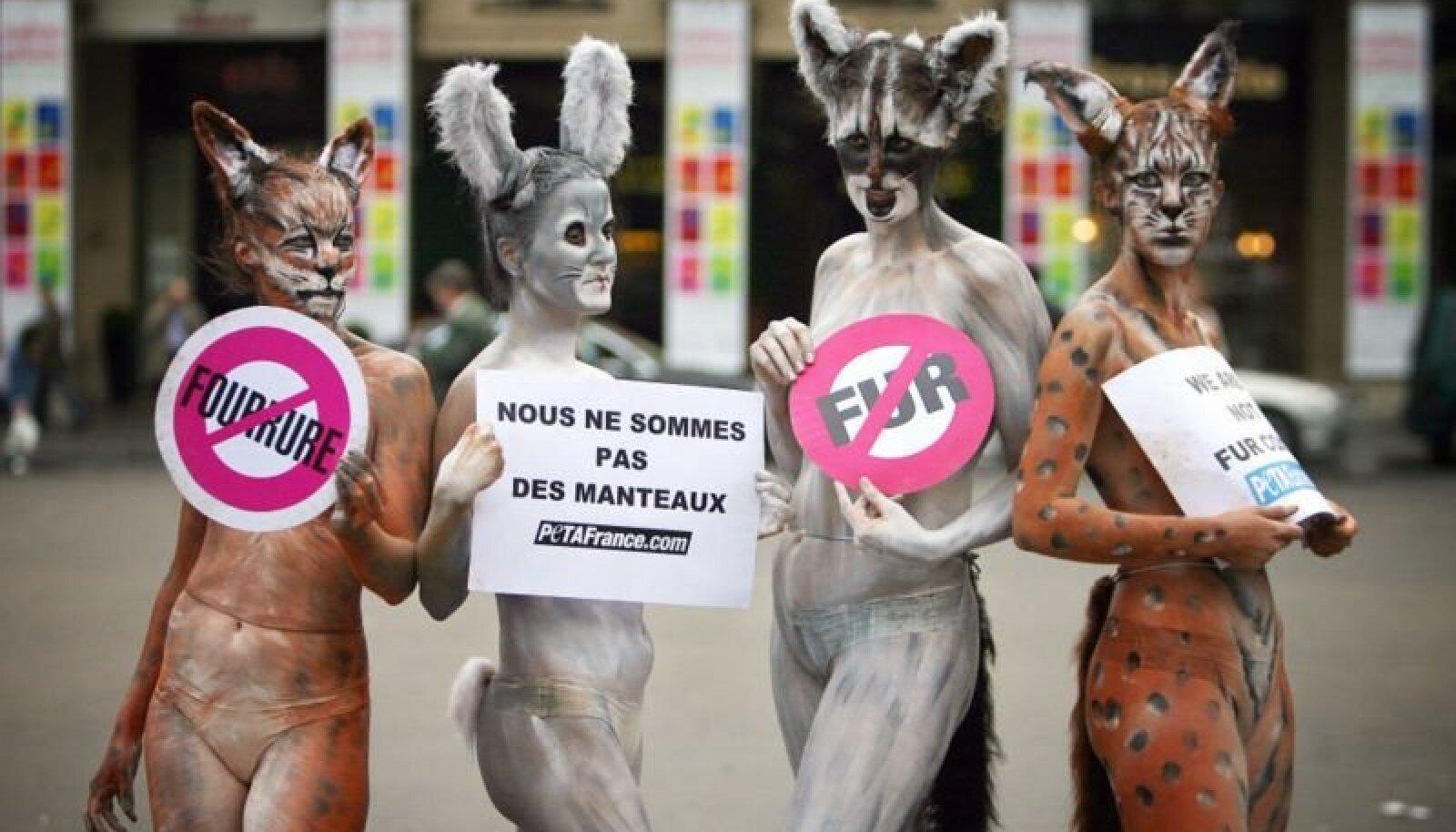 """""""Нет меху"""". """"Мы не шубы"""" - Протесты защитников прав животных в Париже против использования меха модными домами. 2007 год"""
