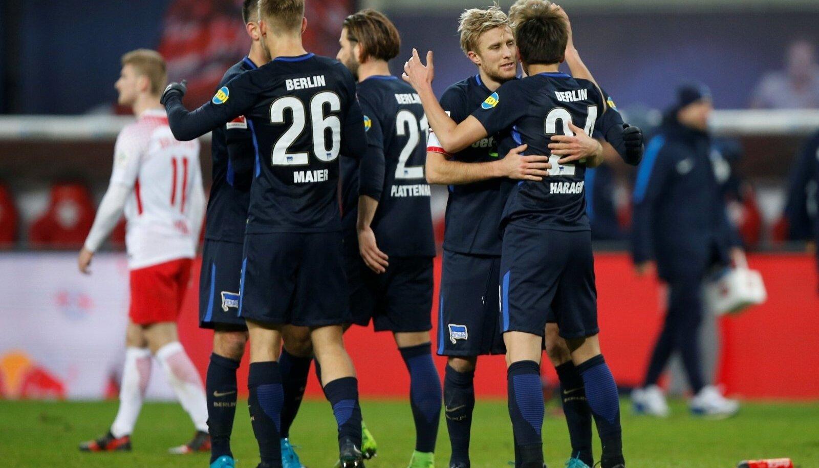 Berliini Hertha mängijad tähistamas RB Leipzigi vastu löödud väravat.