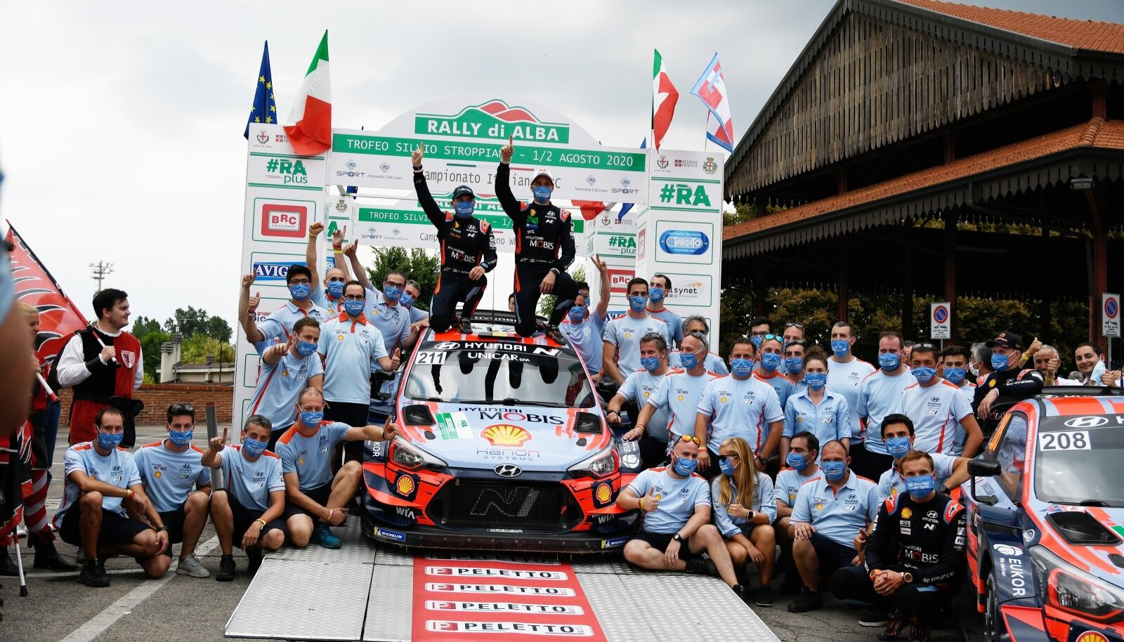 Thierry Neuville ja Hyundai meeskond 2020. aasta Rally di Alba poodiumil.