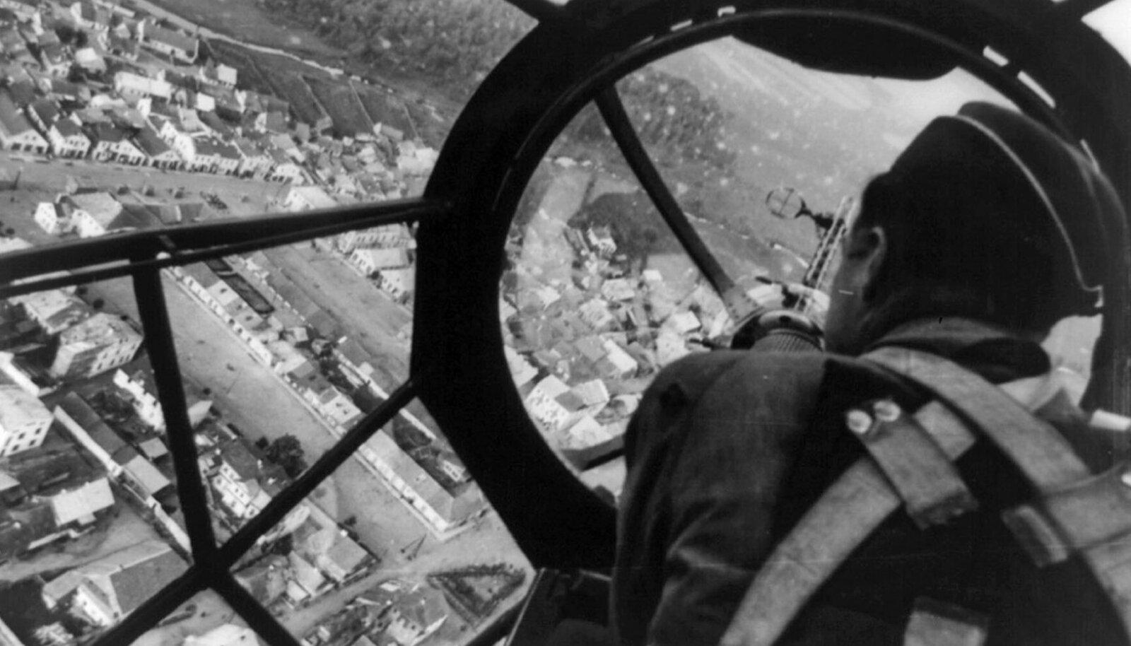 POMMITAJA SILME LÄBI: Luftwaffe Poolat pommitamas 1939. aasta septembris.