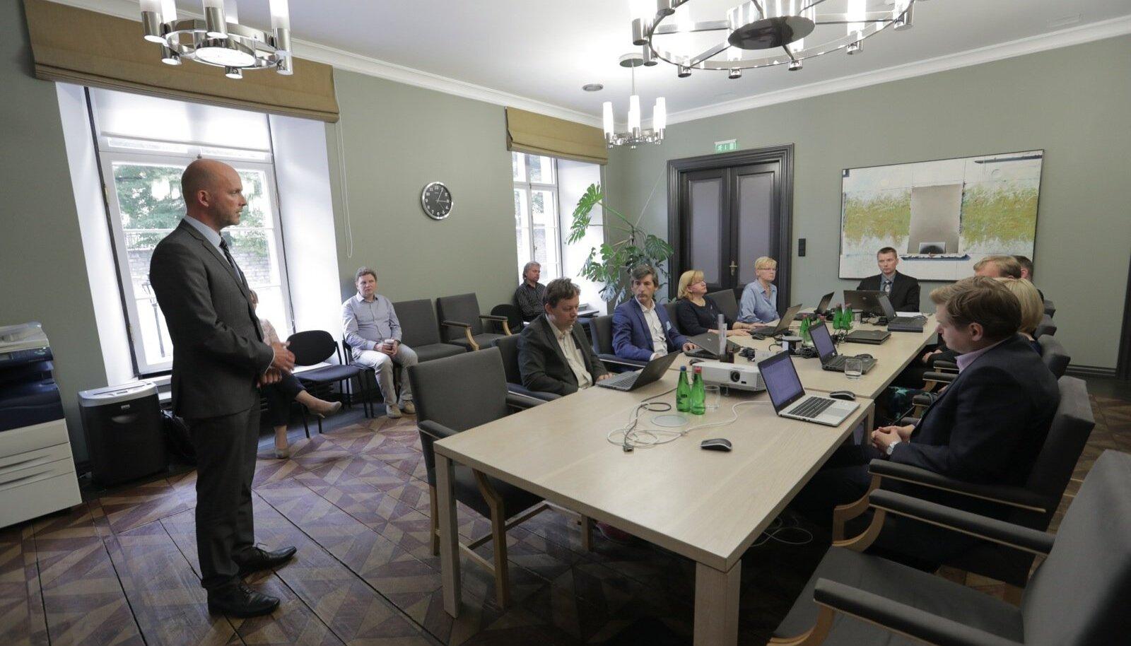 RIA peadirektor Taimar Peterkop (vasakul) ütles eile vabariigi valimiskomisjoni ees seistes, et ID-kaart on Eesti Vabariigis turvaline ja kõikides e-teenustes kasutatav.
