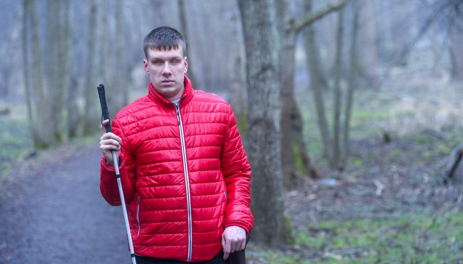 Jakob Rosin on nägemispuudega ajakirjanik, kelle elustiil ja töö panevad teda alatasa olukordadesse, kus teiste inimeste abi on vältimatu.
