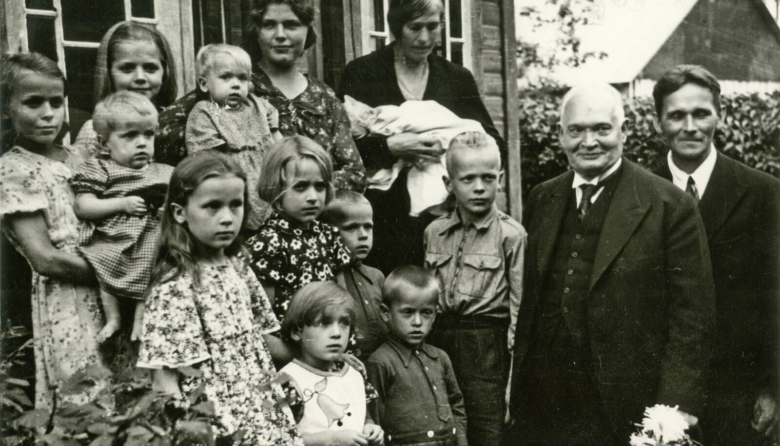 """ОБРАЗЦОВАЯ СЕМЬЯ: В августе 1938 года на Хийумаа, в деревне Пийлиде президент Константин Пятс посетил самую многодетную семью с 12 детьми и пожертвовал 300 крон младшему """"на зубок"""""""