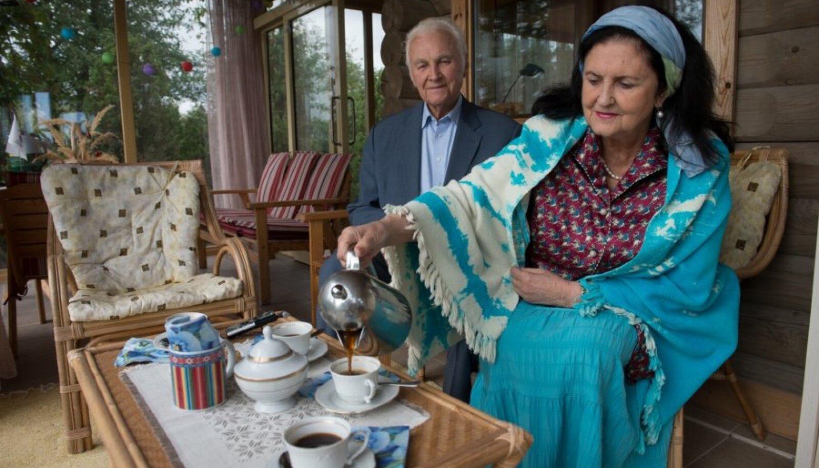 Proua Ingrid pakub kohvi abikaasa ehitatud terrassil ning tunneb uhkust saare naiste käteosavuse üle: kohvikõrvaseks on kohalikud sarapuupähklitega kaeraküpsised ja proua õlgu ehib saare naiste kaunis käsitöö.