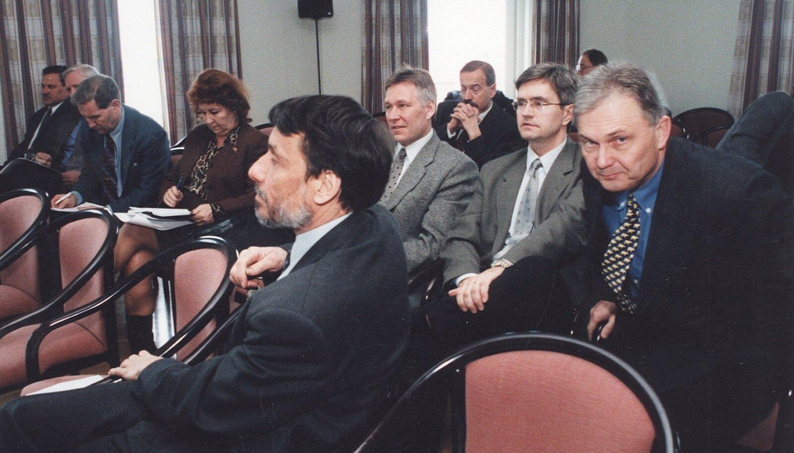 Sel 1999. aasta fotol on teiste Reformierakonna juhtpoliitikute seas näha ka 2000.–2001. aasta presidendituuri osalejad Toomas Savi (keskel), Märt Rask (taga) ja Toomas Vilosius (paremal).