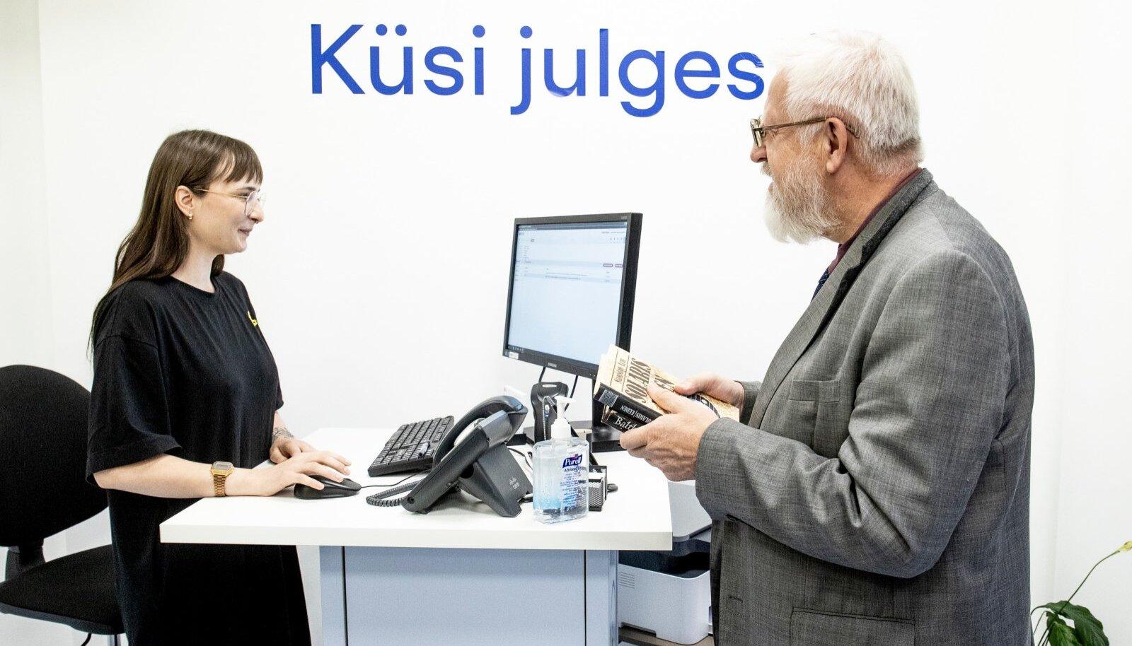 Esimese raamatulaenutuse tegi saatkonnast pikaajaline lugeja ja Eesti Teaduste Akadeemia president Tarmo Soomere,