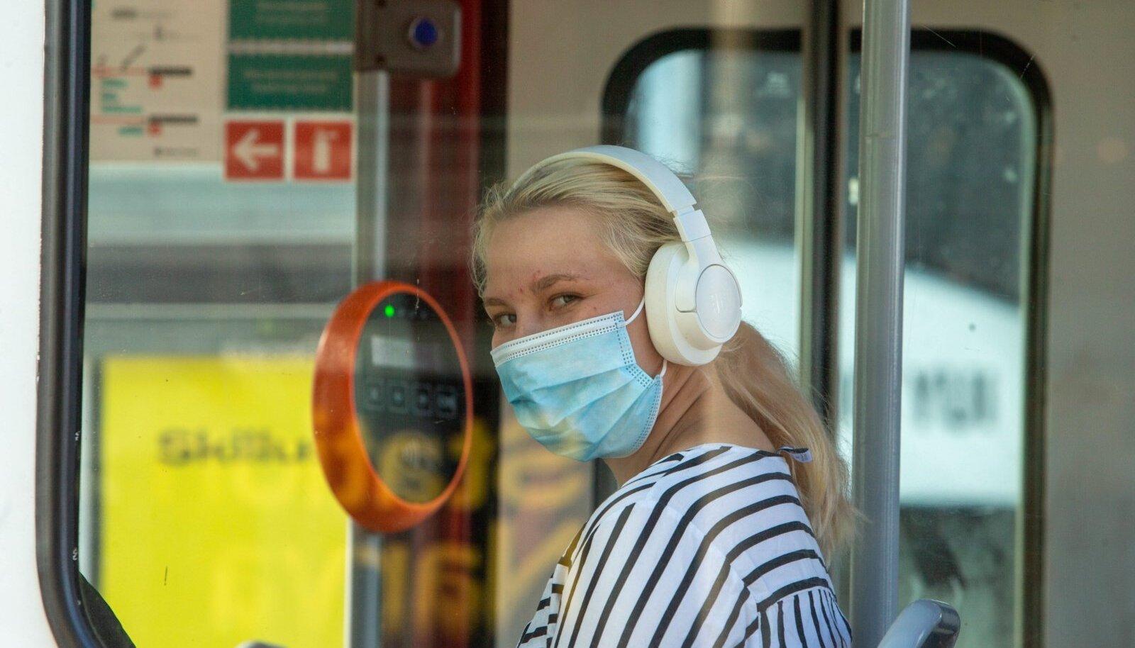 Trammireisijad maski ja maskita
