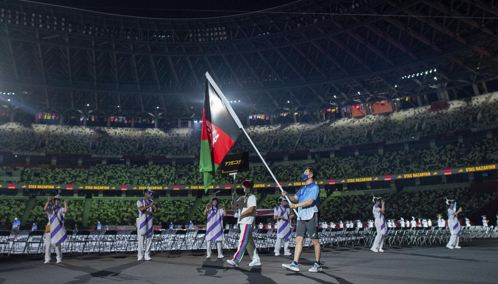 Paraolümpia vabatahtlik hoiab avatseremoonial Afganistani lippu.