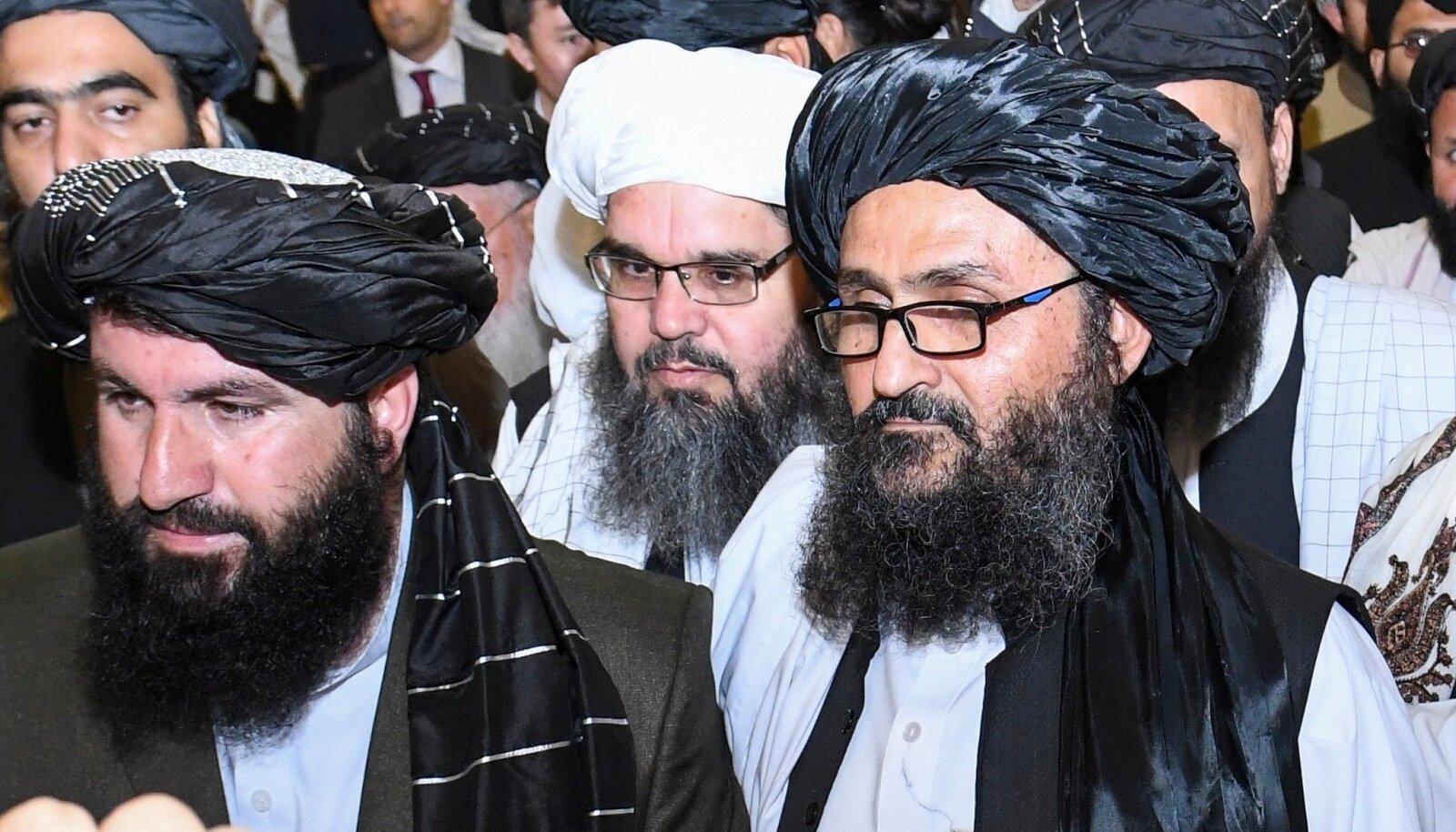 Talibani kaasasutaja Abdul Ghani Baradar (paremal) laupäeval delegatsiooniga Dohas.