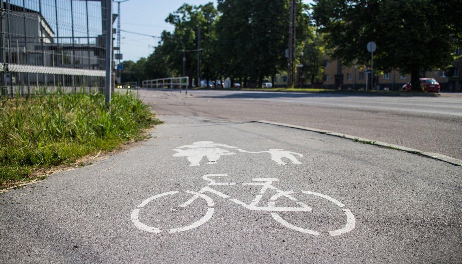 Paldiski maanteel, trollipargi juures kahaneb rattatee väga kitsaks. Sinna kaks ratast kõrvuti ära ei mahuks.
