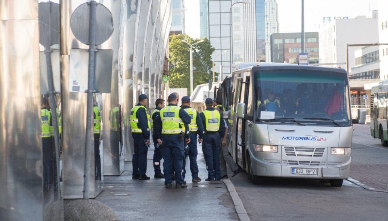 Sisekaitseakadeemia politseikadetid ja Lõuna prefektuuri politseinikud valmistumas Obama visiidiks Tallinnas