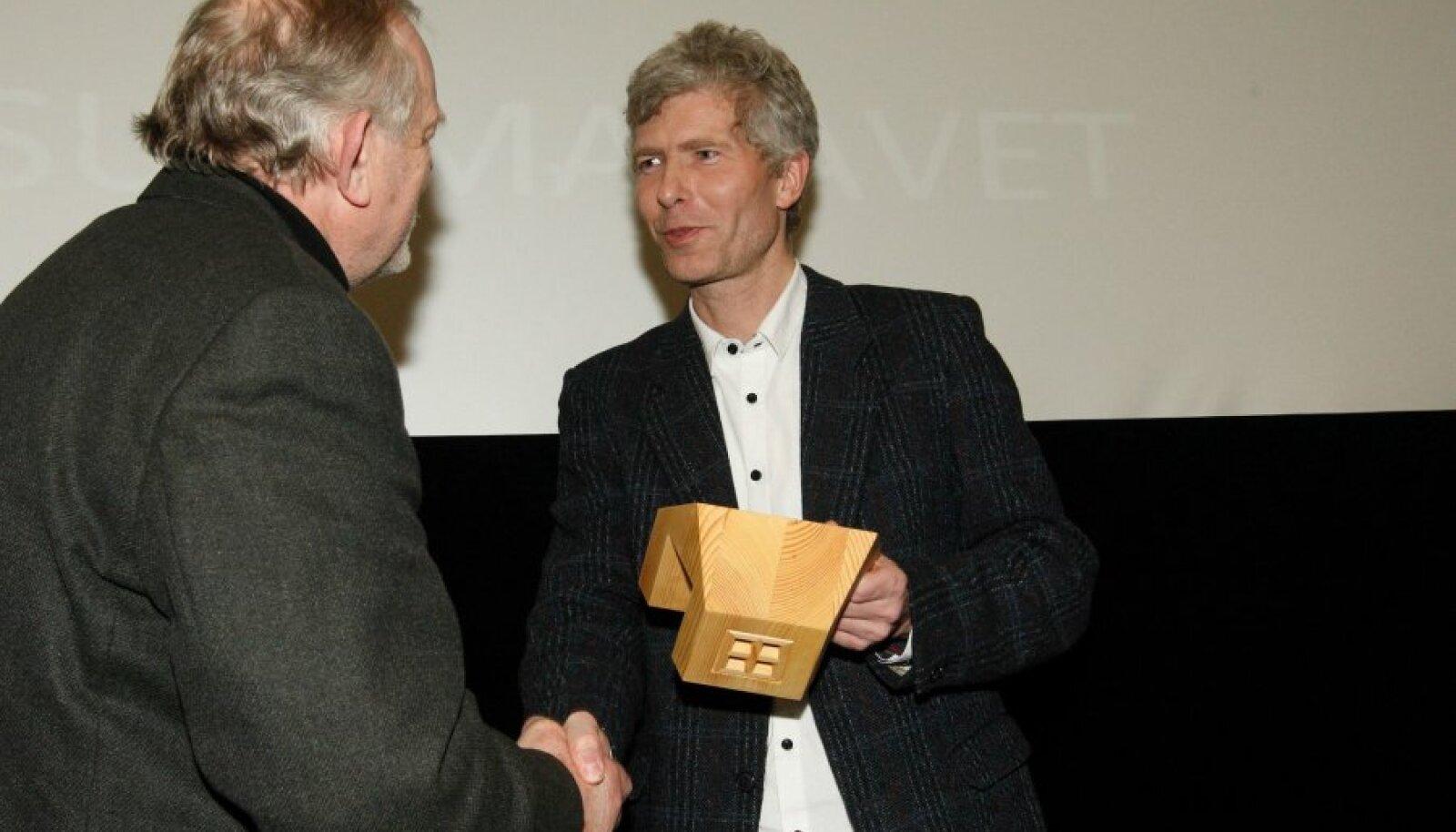 Urmo Vaikla (paremal) andmas üle meenet värskele ESL-i auliikmele Mait Summatavetile