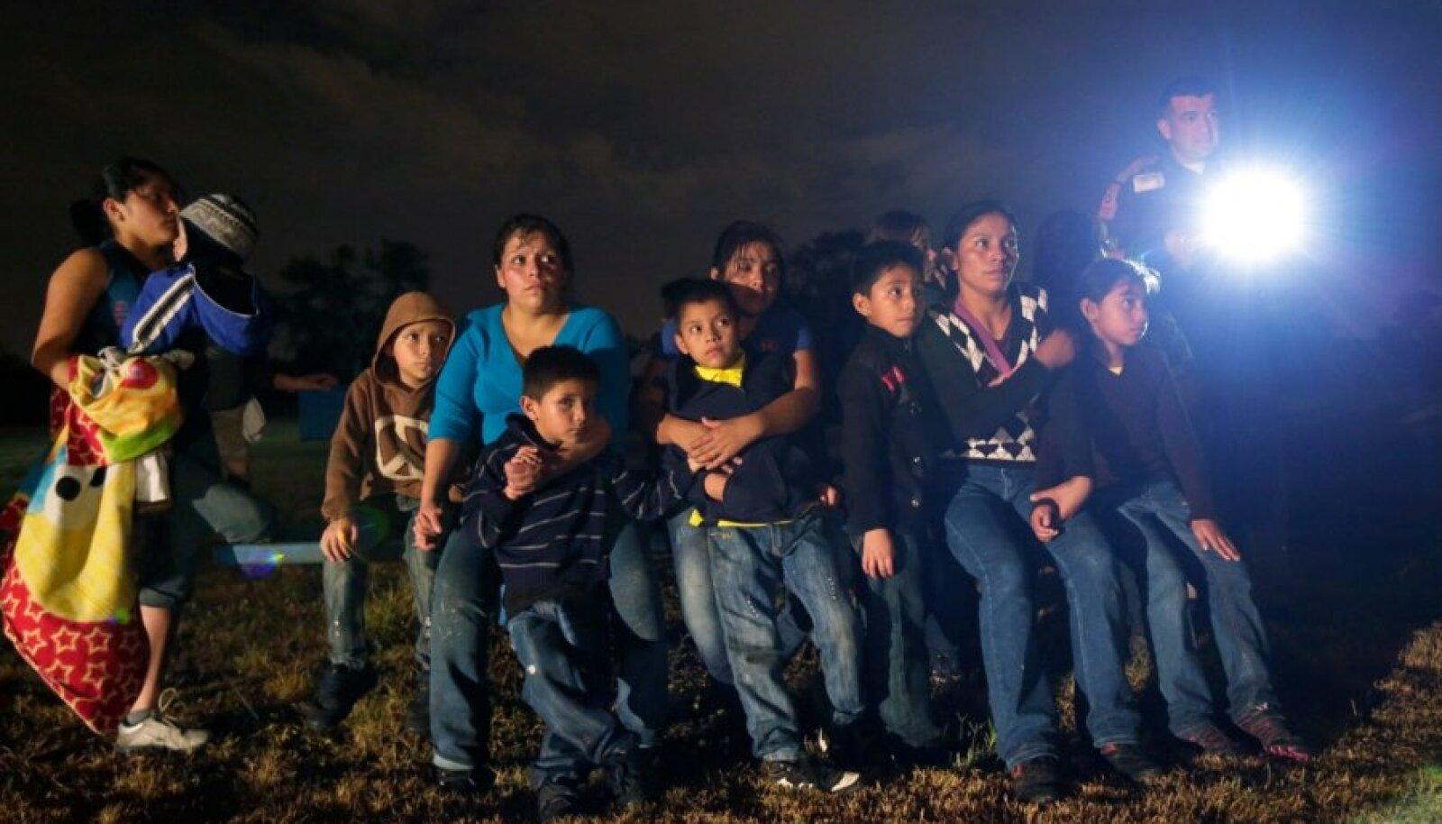 Rühm Hondurase ja El Salvadori põgenikke pärast Mehhiko–USA piiri ebaseaduslikku ületamist ja Texases kinnipidamist