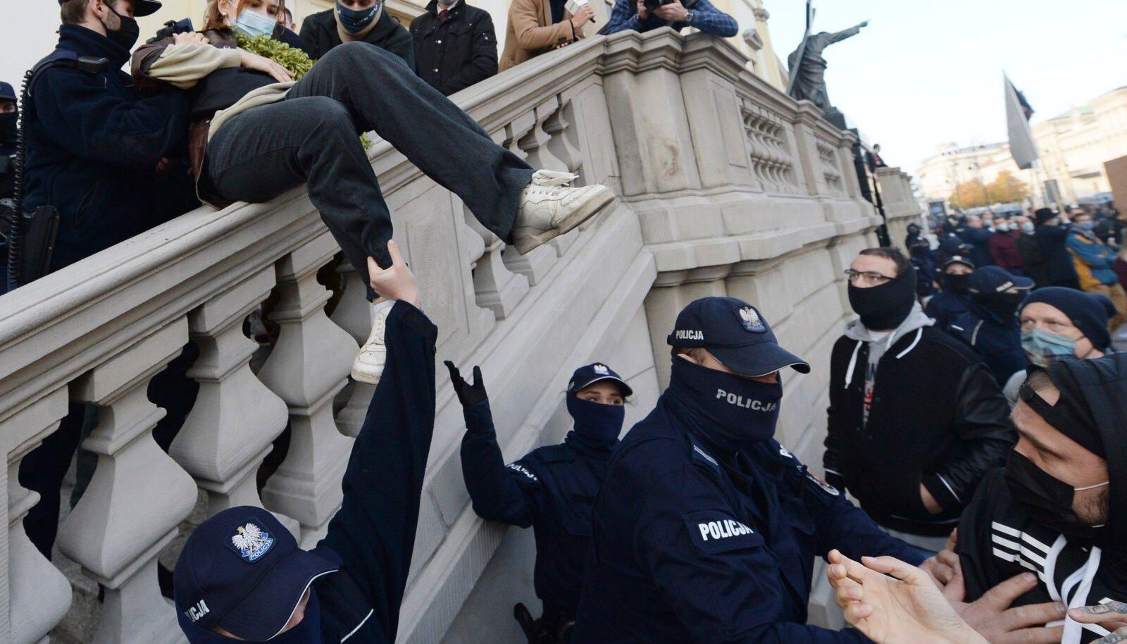 Pühapäeval takistasid meeleavaldajad mitmel pool jumalateenistusi ja see põhjustas kähmlusi.