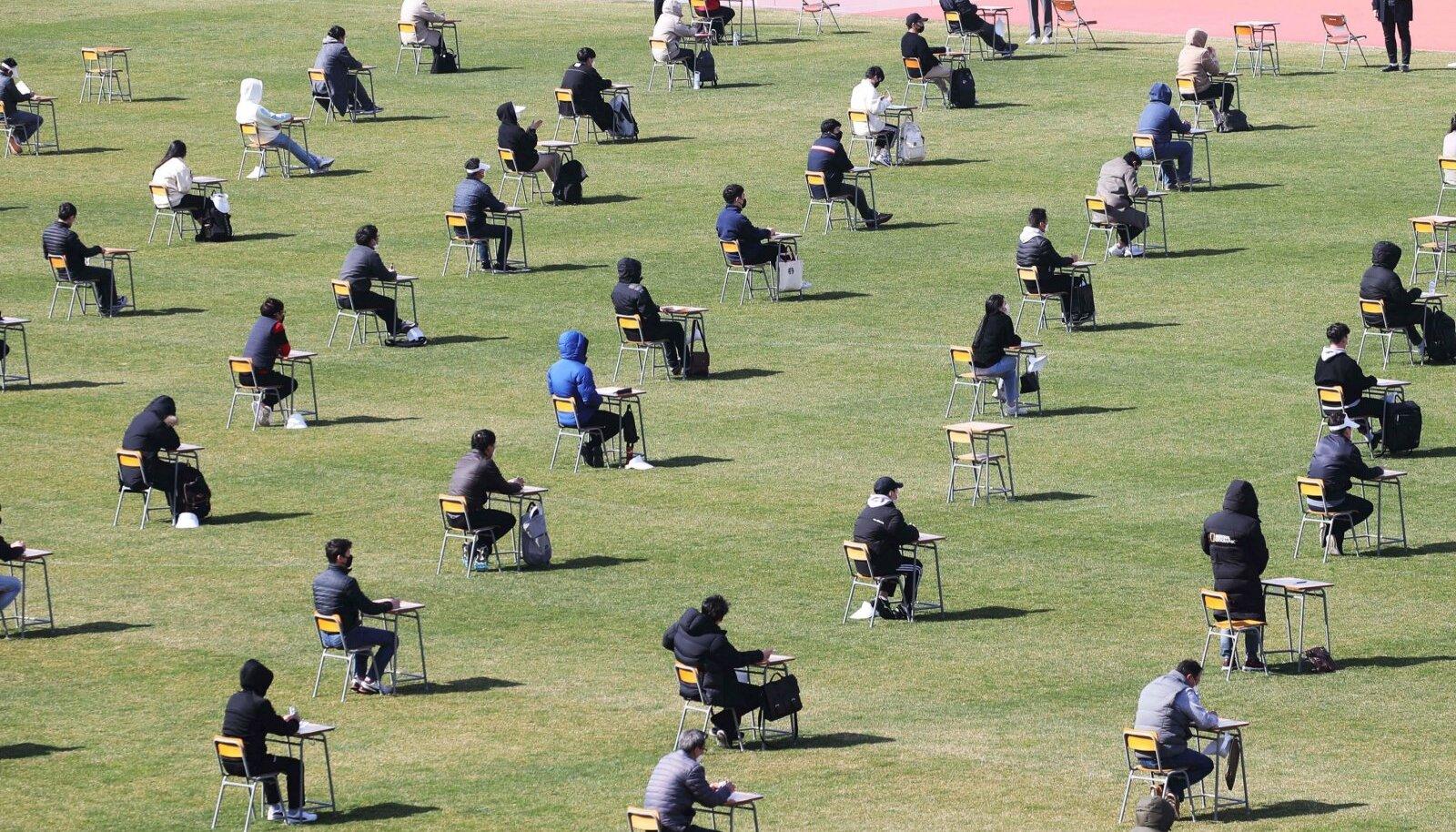 Lõuna-Korea õpilased eksamit sooritamas.