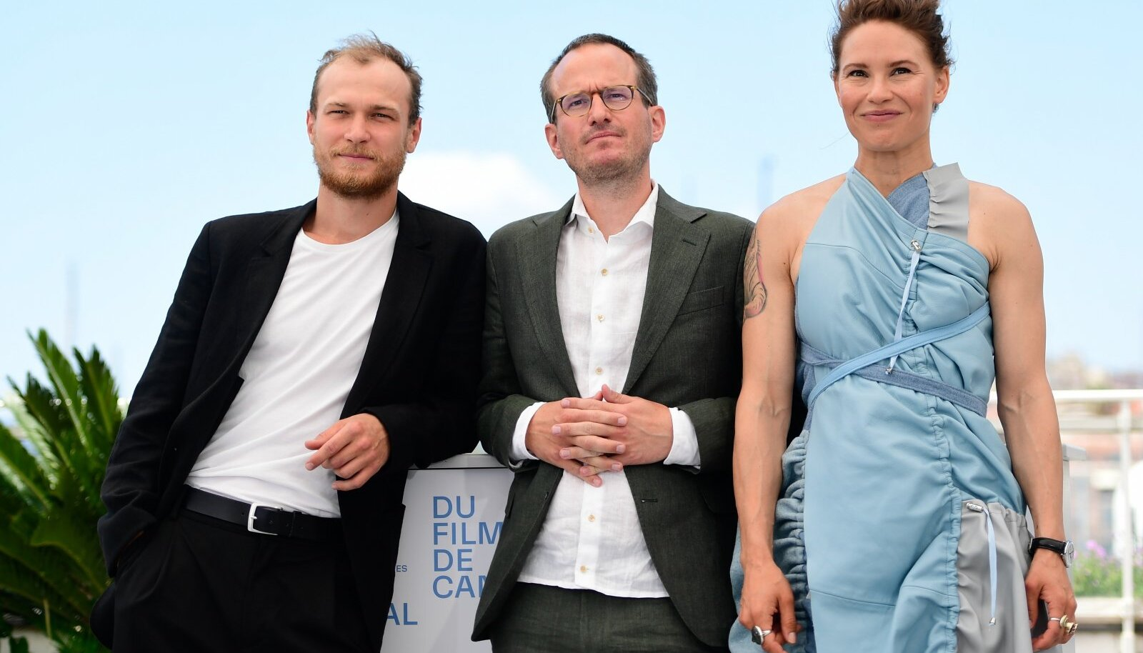"""Režissöör Juho Kuosmanen (keskel) """"Kupee nr 6"""" näitlejate Seidi Haarla ja Juri Borissoviga"""