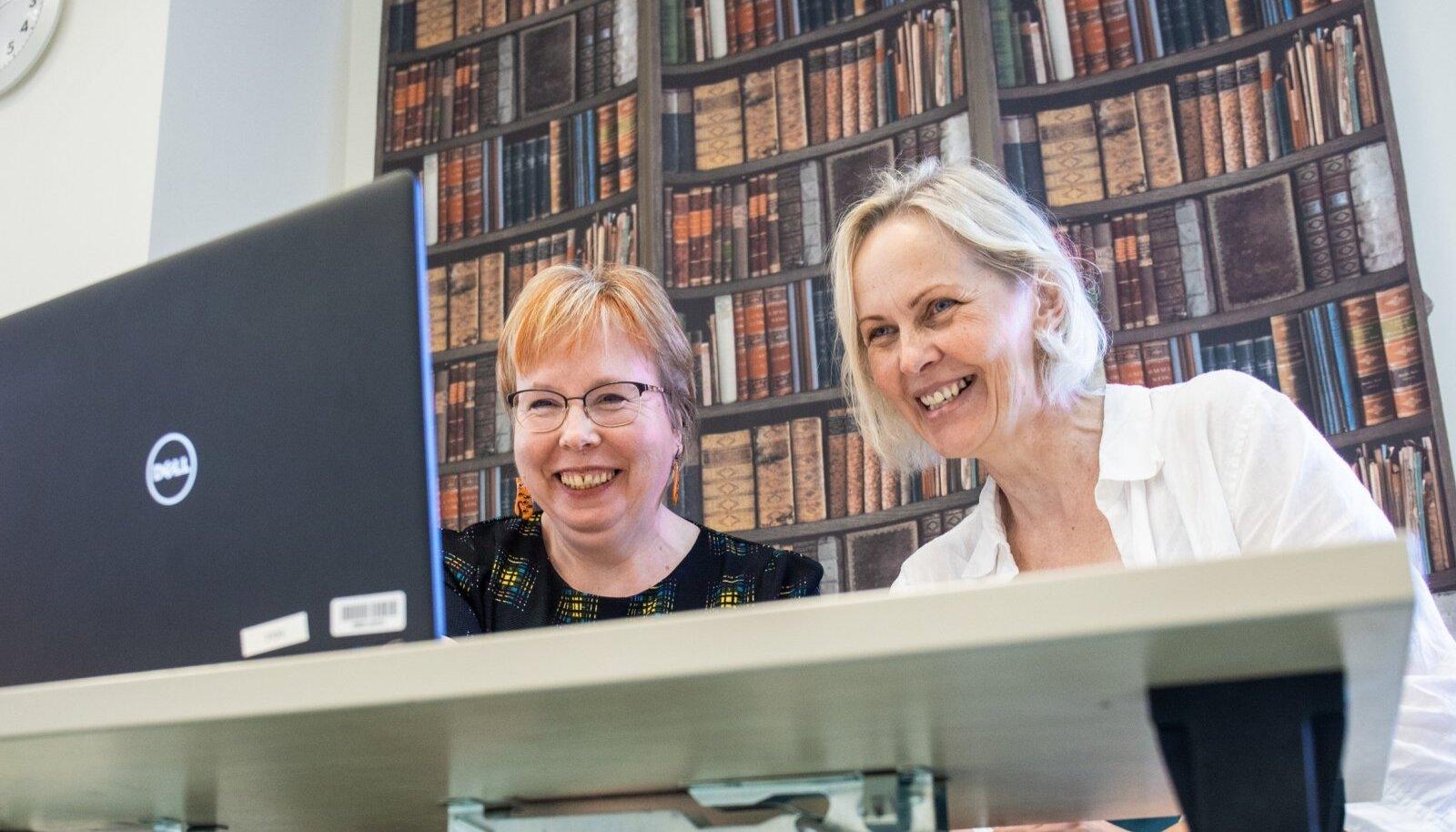 Kolmapäeviti toimuvatel jutuhommikutel on kuulajaid on orienteeruvalt 50–60. Sõle raamatukogus on jutuvestja rollis raamatukoguhoidja Anu Sepp (vasakul), temaga koos AS-i Hoolekandeteenused kogukonnatöö juhendaja Ivika Türkson.