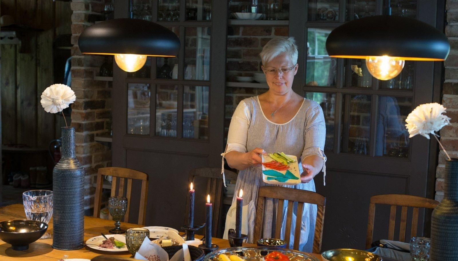 RESTORANI PERENAINE: Evelin Ilves oma kodurestoranis lauda katmas.