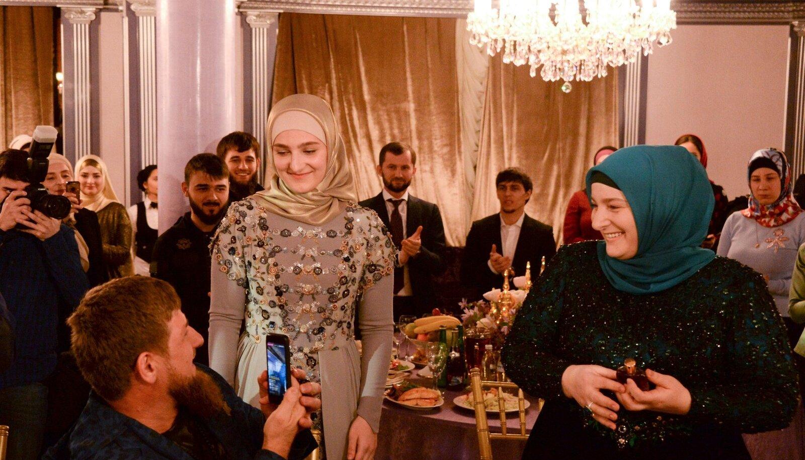 Avalikkuses liigub Tšetšeenia juht Ramzan Kadõrov ainult oma ametliku abikaasa Medniga (paremal). Sel 2017. aasta fotol viibivad nad tütar Aišati (keskel) juhitava perekondliku moemaja Firdaws etendusel.