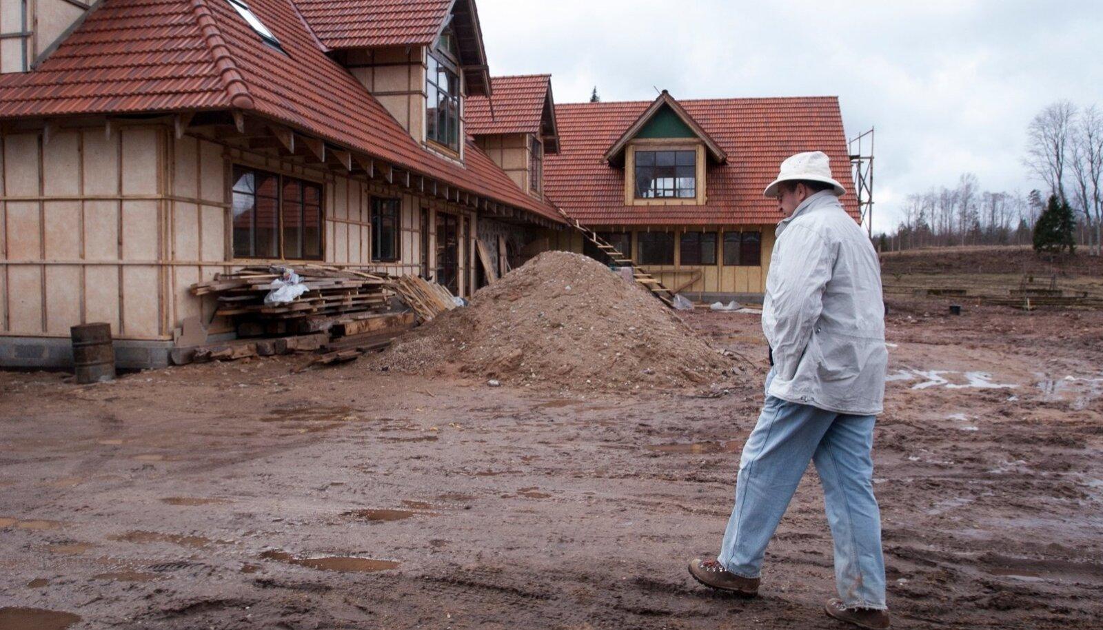 Sel 2006. aastal tehtud fotol kõnnib toonane europarlamendi liige Toomas Hendrik Ilves Ärma talu kerkivate hoonete taustal. Pool aastat hiljem sai temast president ja 2007. aastal otsustati, et turismiga EAS-i toetuse eest Ärmal siiski tegelema ei hakata.