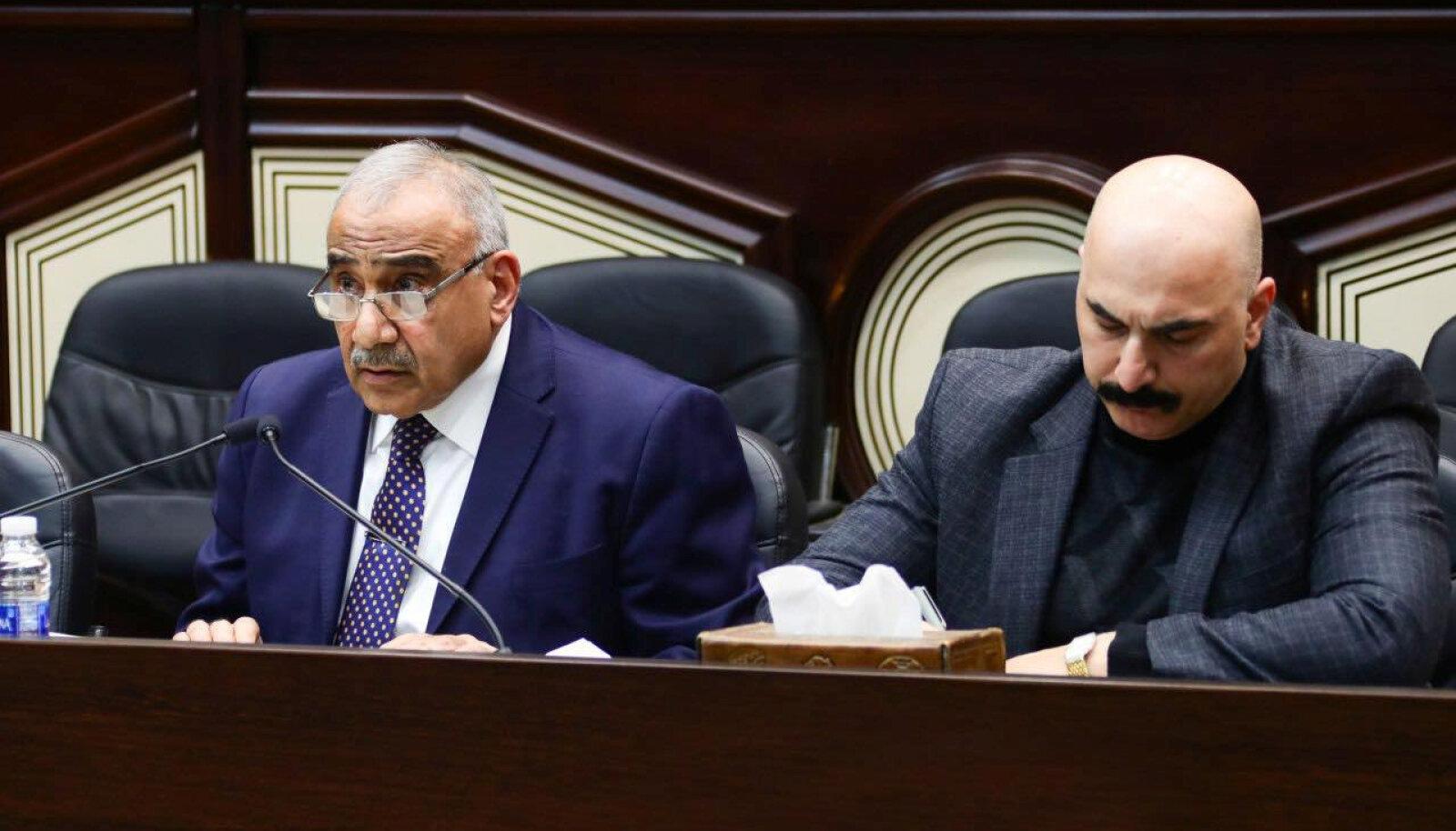 Adil Abdul Mahdi (vasakul) parlamendiistungil