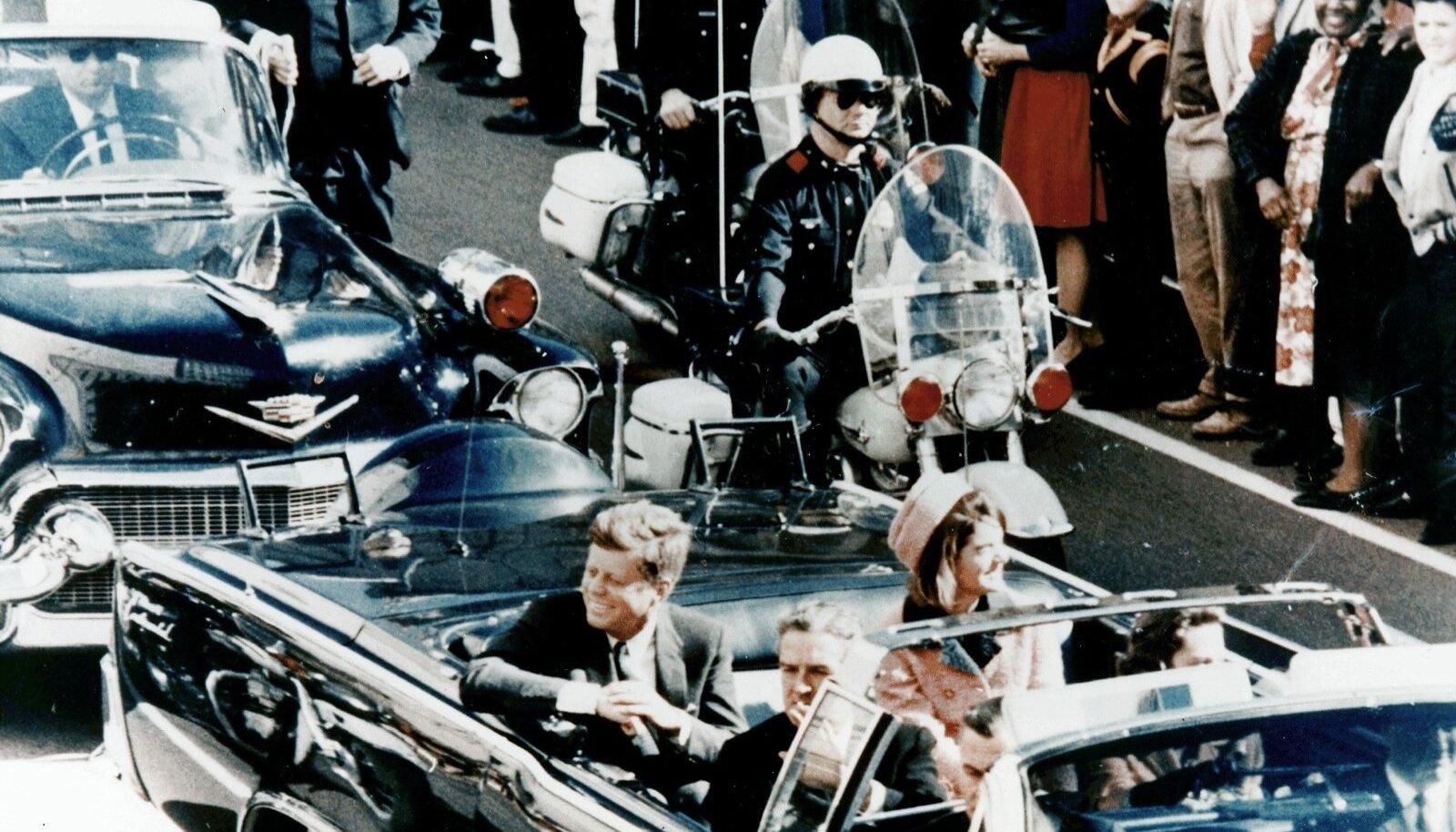 John F. Kennedy saatjatega enne atentaati